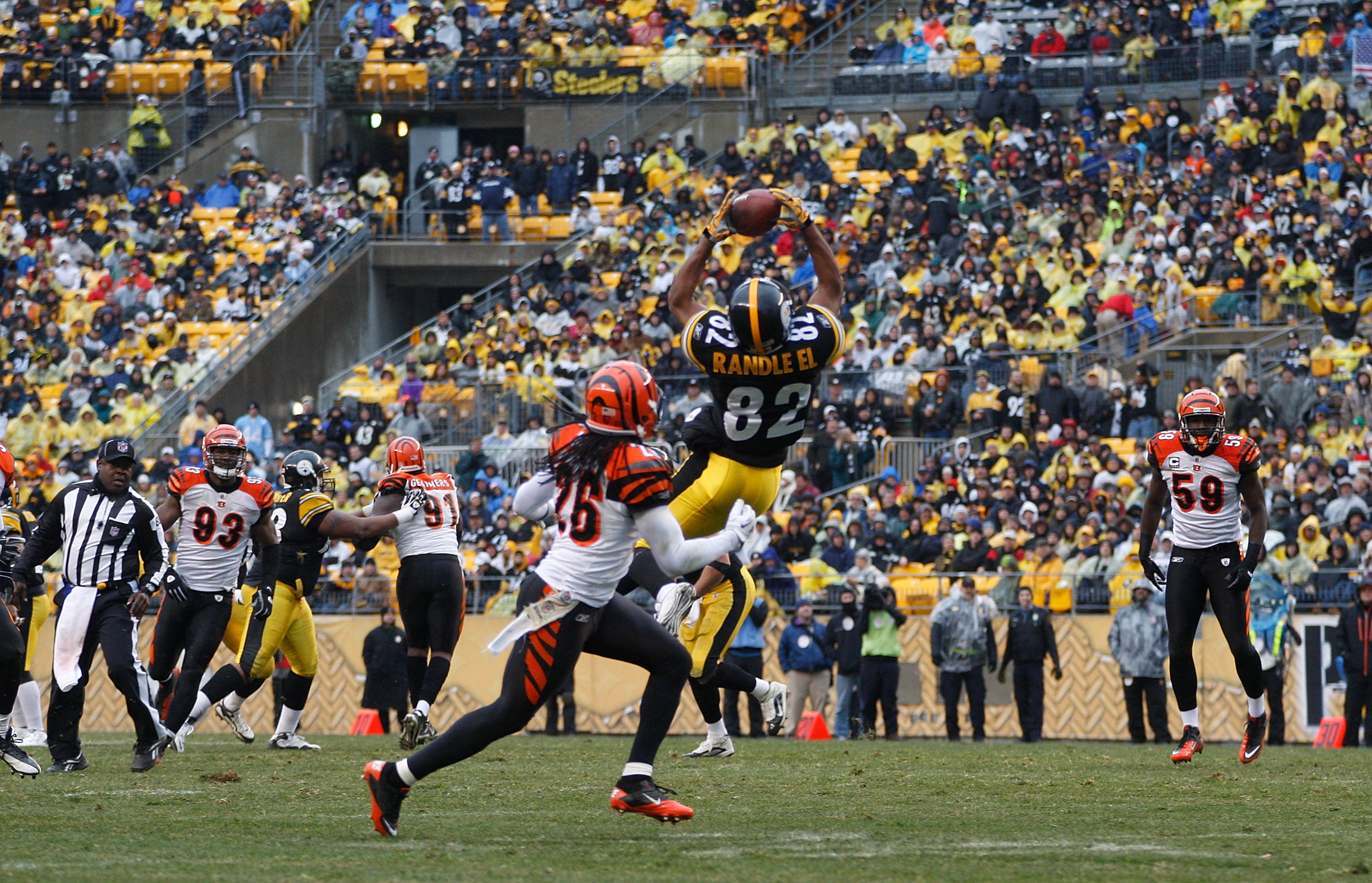 PITTSBURGH - DECEMBER 12:  Antwaan Randle El #82 of the Pittsburgh Steelers catches a pass in front of Johnathan Wade #26 of the Cincinnati Bengals during the game on December 12, 2010 at Heinz Field in Pittsburgh, Pennsylvania.  (Photo by Jared Wickerham