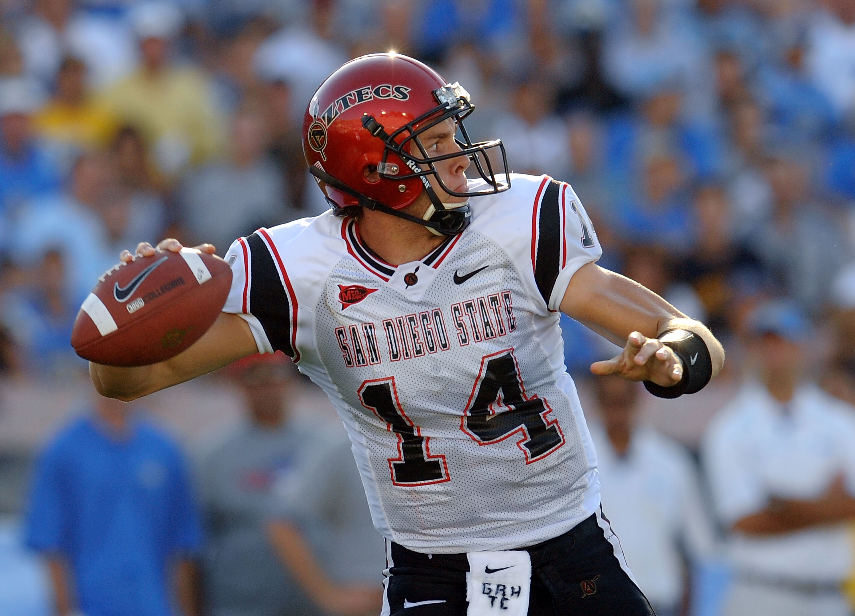 PASADENA, CA - SEPTEMBER 05:  Quarterback Ryan Lindley #14 of the San Diego State Aztecs looks to pass in the first half against the UCLA Bruins at The Rose Bowl on September 4, 2009 in Pasadena, California.  (Photo by Lisa Blumenfeld/Getty Images)