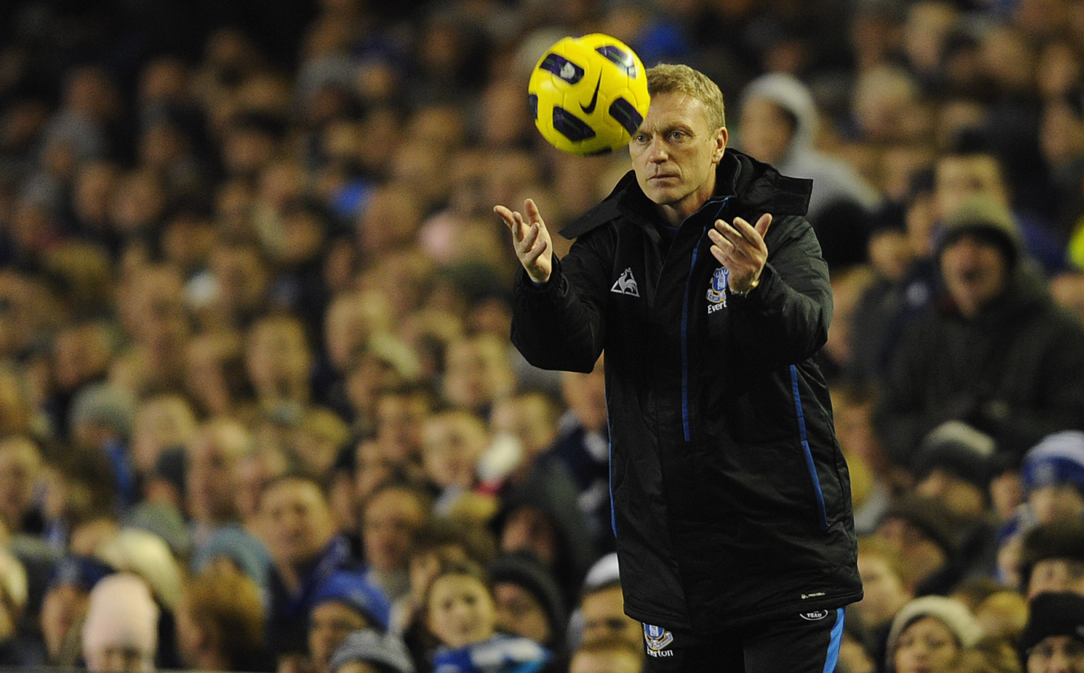 LIVERPOOL, ENGLAND - NOVEMBER 10: Everton manager David Moyes throws the ball during the Barclays Premier League match between Everton and Bolton Wanderers at Goodison Park on November 10, 2010 in Liverpool, England.  (Photo by Michael Regan/Getty Images)