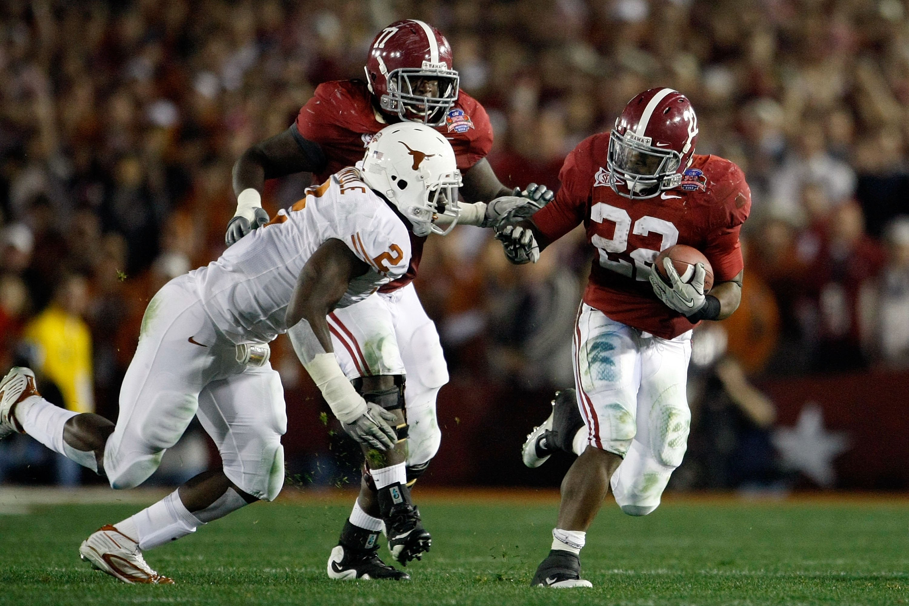 PASADENA, CA - JANUARY 07:  Running back Mark Ingram #22 of the Alabama Crimson Tide runs with the ball against the Texas Longhorns during the Citi BCS National Championship game at the Rose Bowl on January 7, 2010 in Pasadena, California.  (Photo by Jeff