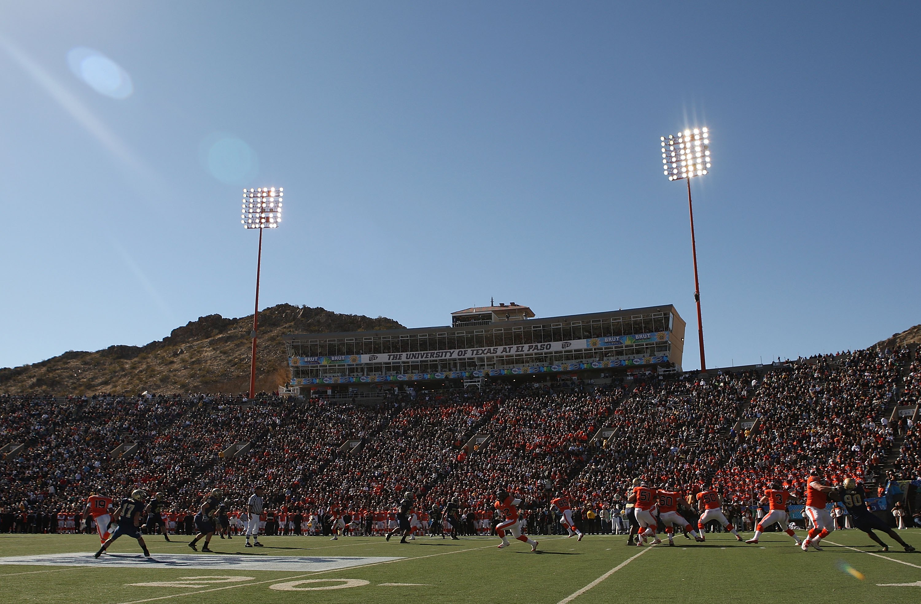 EL PASO, TX - DECEMBER 31:  The Oregon State Beavers and the Pittsburgh Panthers during the Brut Sun Bowl on December 31, 2008 at the Sun Bowl in El Paso, Texas.  (Photo by Ronald Martinez/Getty Images)