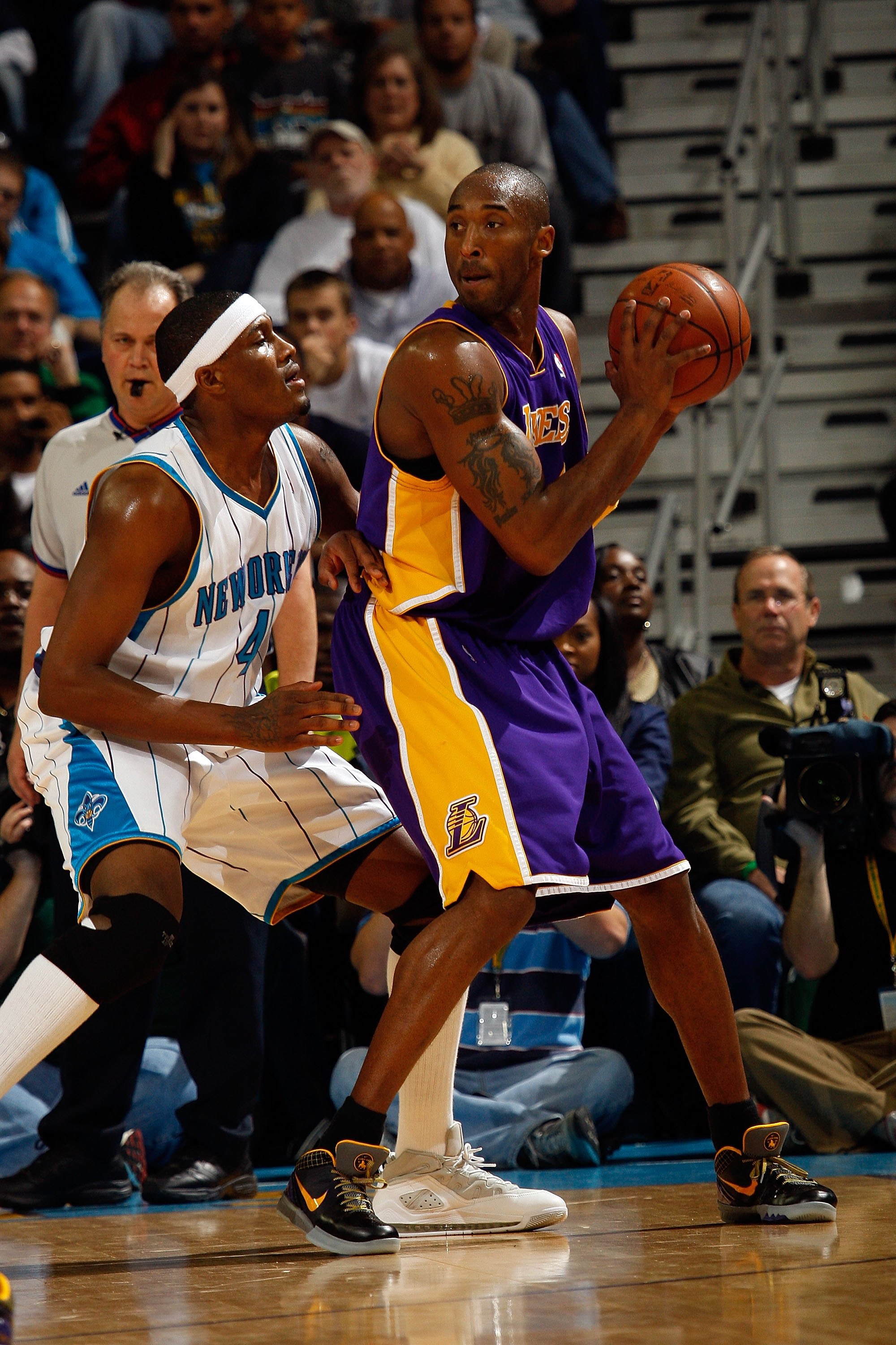 NEW ORLEANS - DECEMBER 23:  Kobe Bryant #24 of the Los Angeles Lakers drives against James Posey #41 of the New Orleans Hornets on December 23, 2008 at the New Orleans Arena in New Orleans, Louisiana.  NOTE TO USER: User expressly acknowledges and agrees