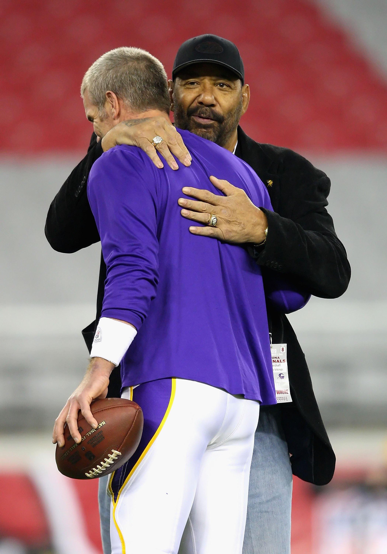 GLENDALE, AZ - DECEMBER 06:  Former NFL player Jim Marshall greets quarterback Brett Favre #4 of the Minnesota Vikings before the game against the Arizona Cardinals at University of Phoenix Stadium on December 6, 2009 in Glendale, Arizona. After Favre sta