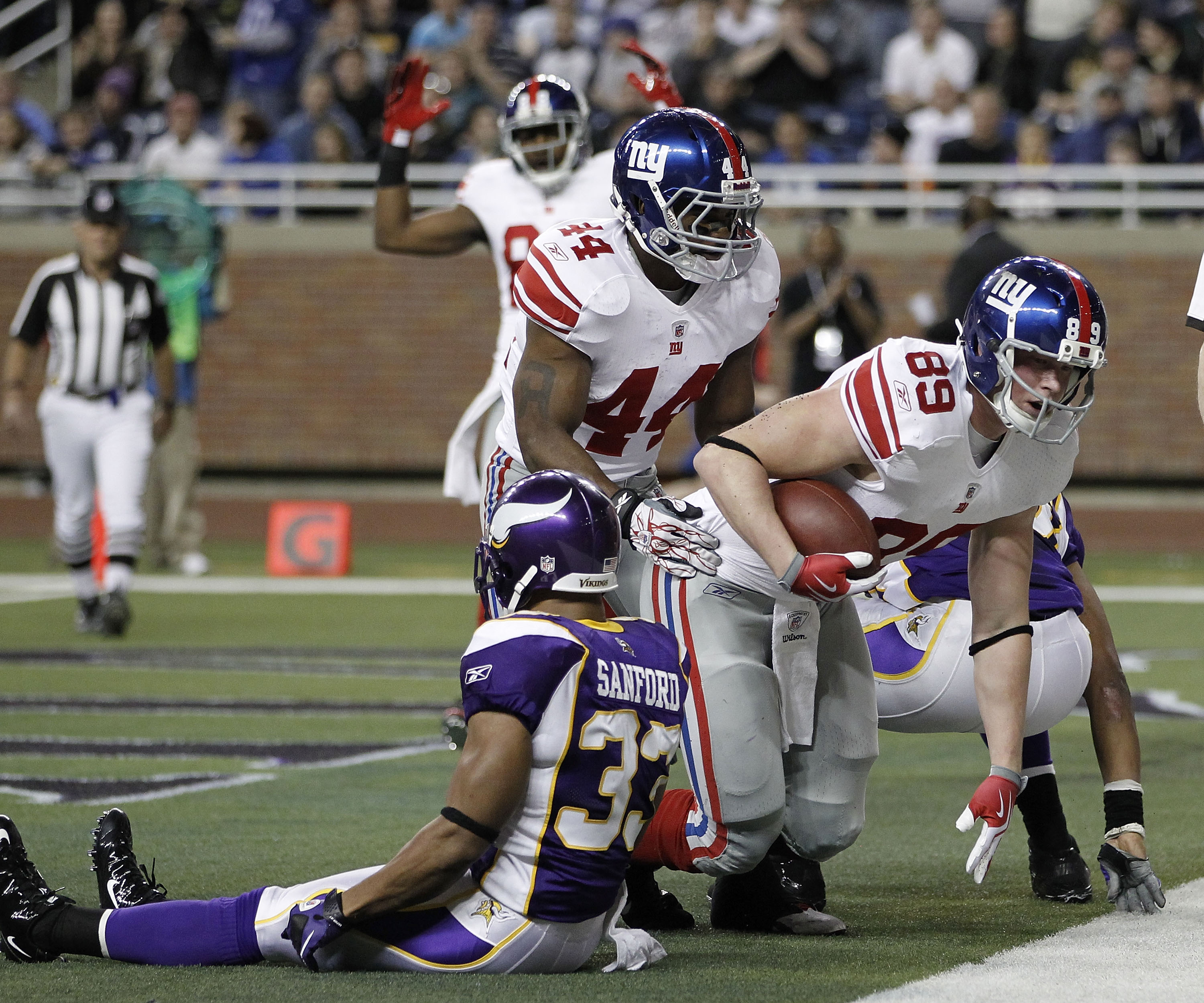 DETROIT, MI - DECEMBER 13:  Kevin Boss #89 of the New York Giants catches a second quarter touchdown behind Jamarca Sanford #33 of the Minnesota Vikings at Ford Field on December 13, 2010 in Detroit, Michigan.  (Photo by Gregory Shamus/Getty Images)