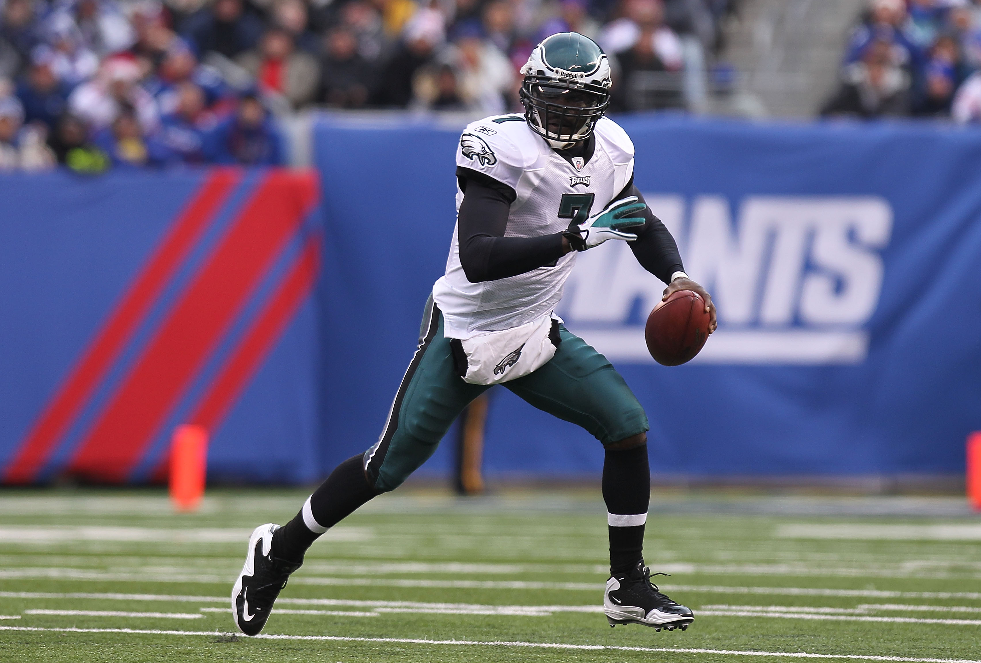 EAST RUTHERFORD, NJ - DECEMBER 19:  Michael Vick #7 of the Philadelphia Eagles rushes against the New York Giants at New Meadowlands Stadium on December 19, 2010 in East Rutherford, New Jersey.  (Photo by Nick Laham/Getty Images)