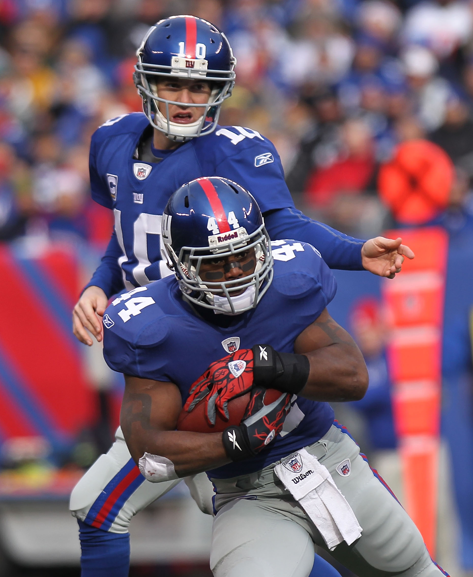 EAST RUTHERFORD, NJ - DECEMBER 19:  Eli Manning #10 of the New York Giants hands the ball off to Ahmad Bradshaw #44 against the Philadelphia Eagles at New Meadowlands Stadium on December 19, 2010 in East Rutherford, New Jersey.  (Photo by Nick Laham/Getty