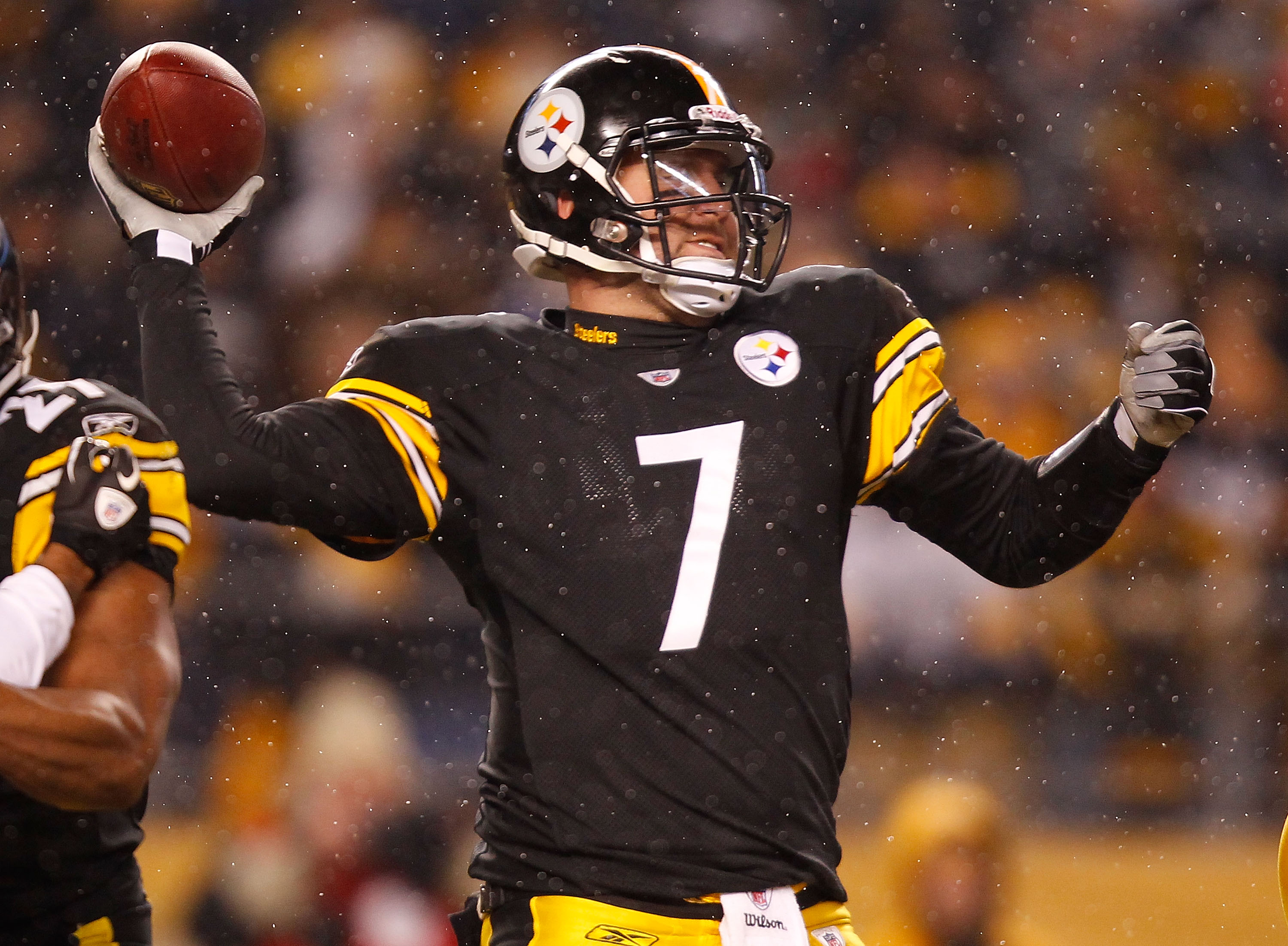 PITTSBURGH - DECEMBER 19: Ben Roethlisberger #7 of the Pittsburgh Steelers drops back to pass against the New York Jets during the game on December 19, 2010 at Heinz Field in Pittsburgh, Pennsylvania.  (Photo by Jared Wickerham/Getty Images)