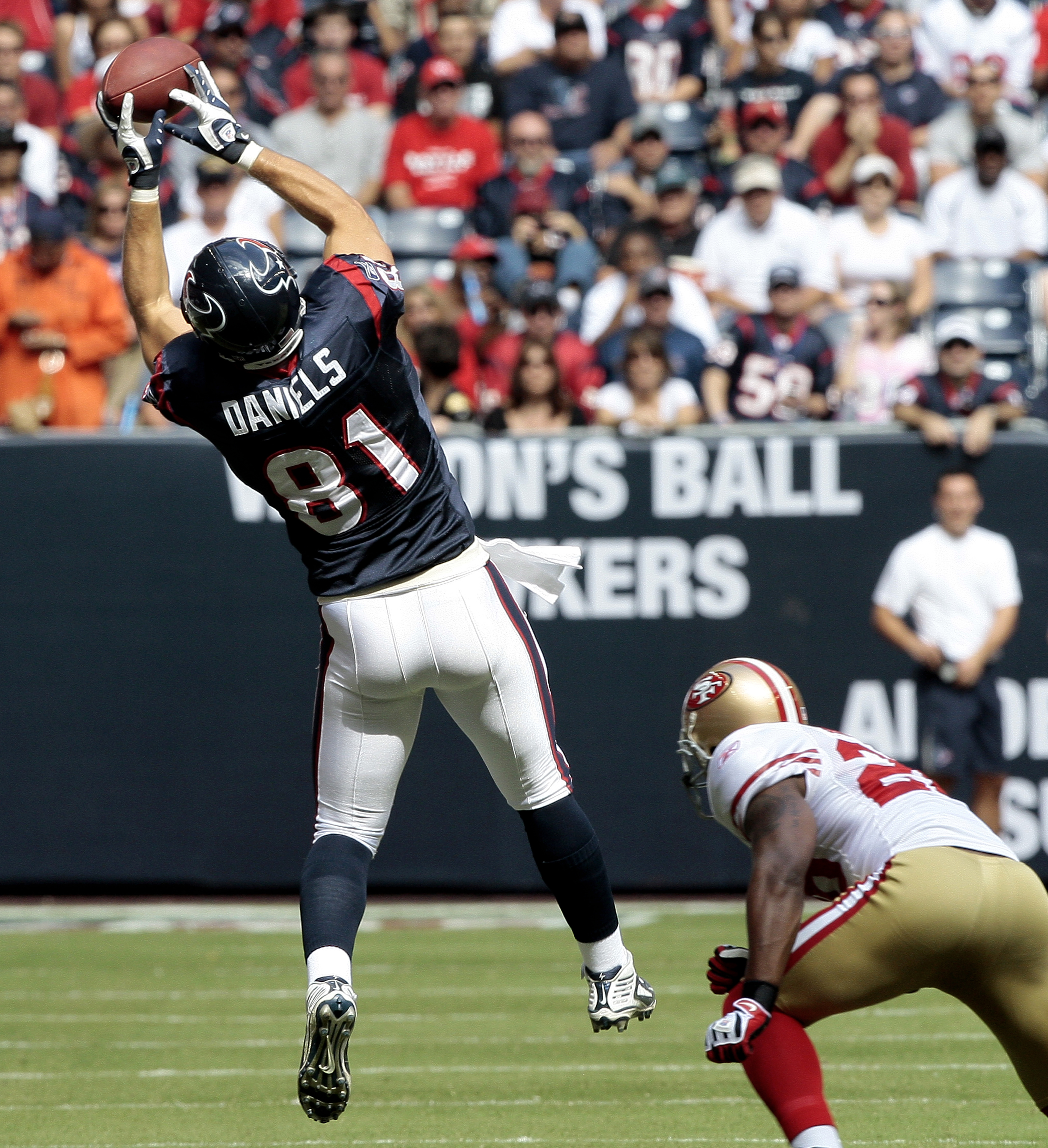 HOUSTON - OCTOBER 25:  Tight-end Owen Daniels #81 of the Houston Texans completes a pass in front of safety Mark Roman #26 of the San Francisco 49ers at Reliant Stadium on October 25, 2009 in Houston, Texas.  (Photo by Bob Levey/Getty Images)