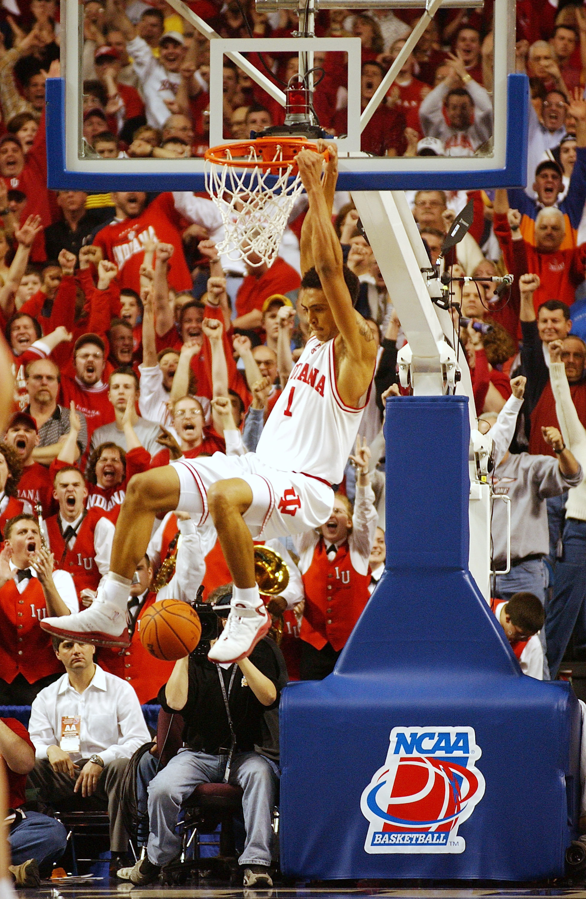 23 Mar 2002: Jared Jeffries #1  of the Indiana Hoosiers dunks against the Kent State golden Eagles in the second half ofthe Championship of the South Region of the 2002 NCAA Men's Basketball Championship at the Rupp Arena in Lexington, Kentucky. DIGITAL I