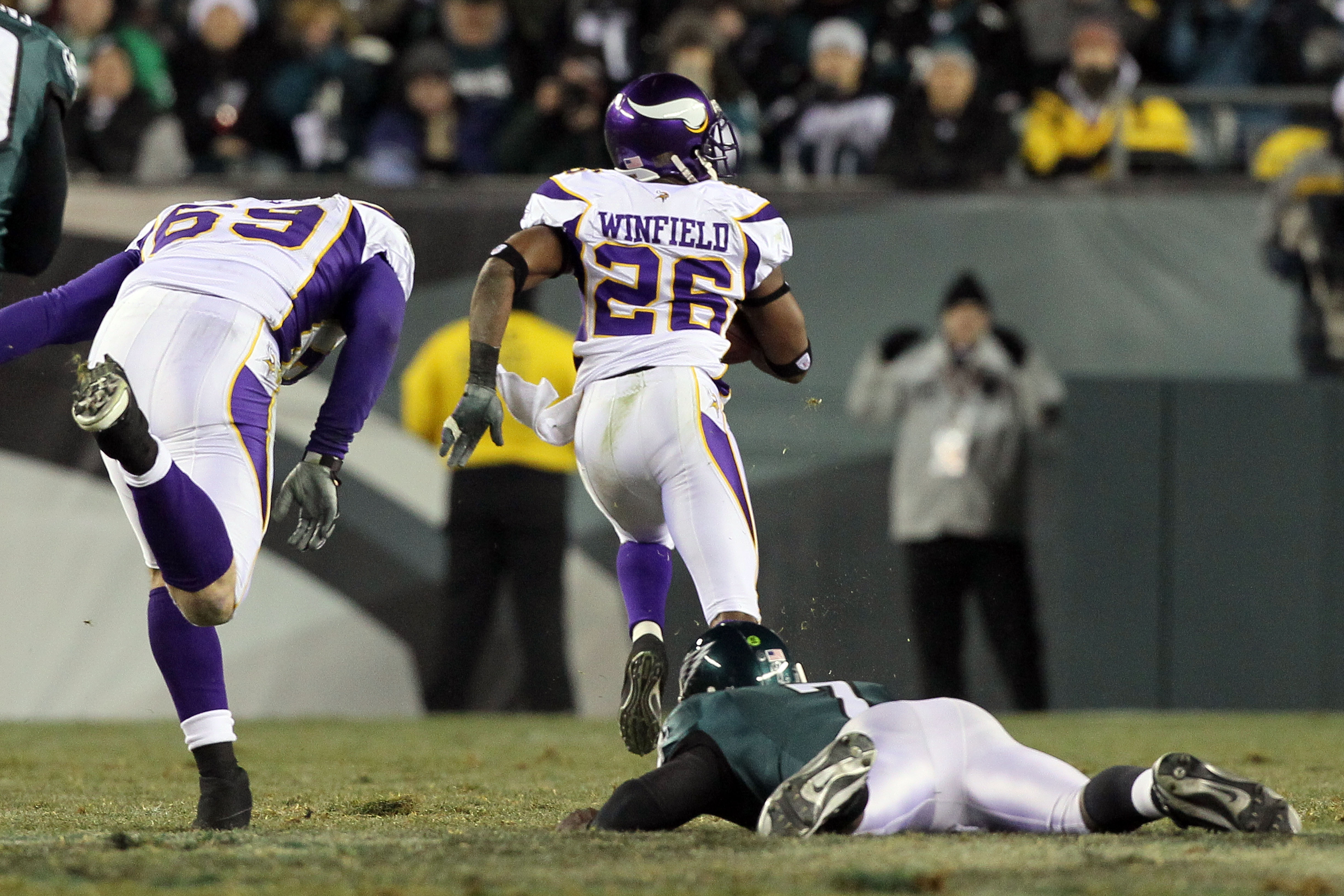PHILADELPHIA, PA - DECEMBER 26:  Antoine Winfield #26 of the Minnesota Vikings returns a fumble for a touchdown against Michael Vick #7 of the Philadelphia Eagles in the first half at Lincoln Financial Field on December 26, 2010 in Philadelphia, Pennsylva