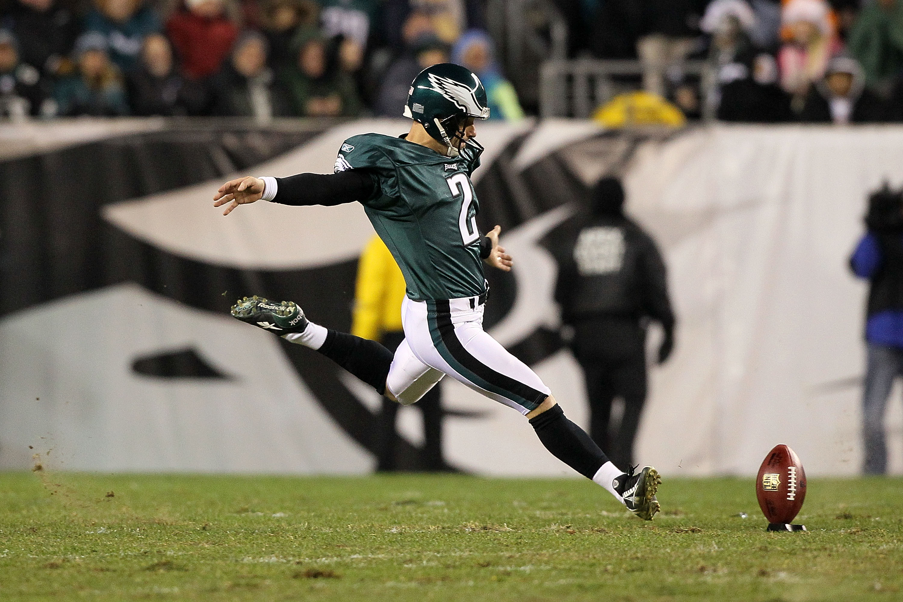 PHILADELPHIA, PA - DECEMBER 02:  Place kicker David Akers #2 of the Philadelphia Eagles kicks the ball off against the Houston Texans at Lincoln Financial Field on December 2, 2010 in Philadelphia, Pennsylvania.  (Photo by Jim McIsaac/Getty Images)