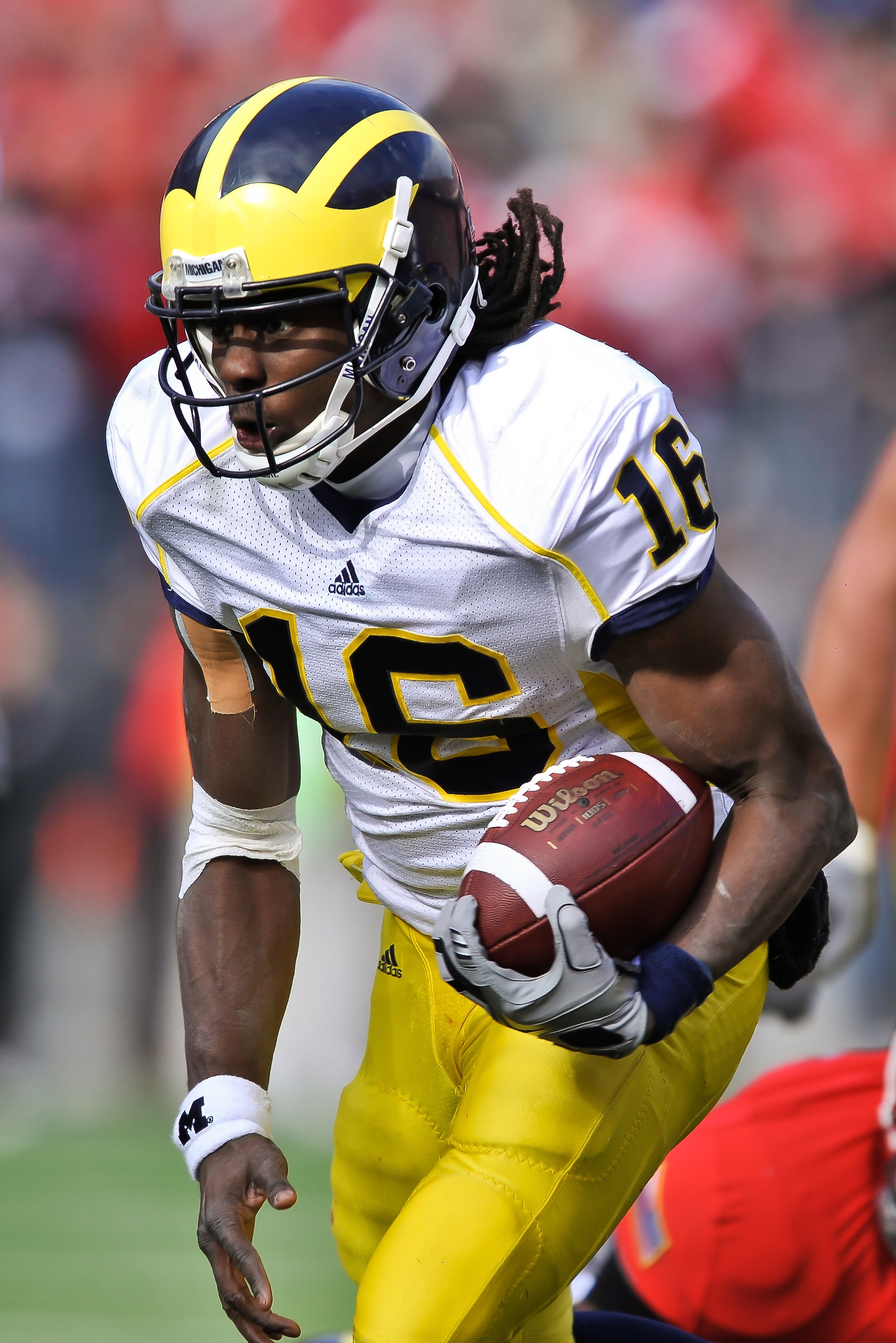 COLUMBUS, OH - NOVEMBER 27:  Quarterback Denard Robinson #16 of the Michigan Wolverines runs with the ball against the Ohio State Buckeyes at Ohio Stadium on November 27, 2010 in Columbus, Ohio.  (Photo by Jamie Sabau/Getty Images)