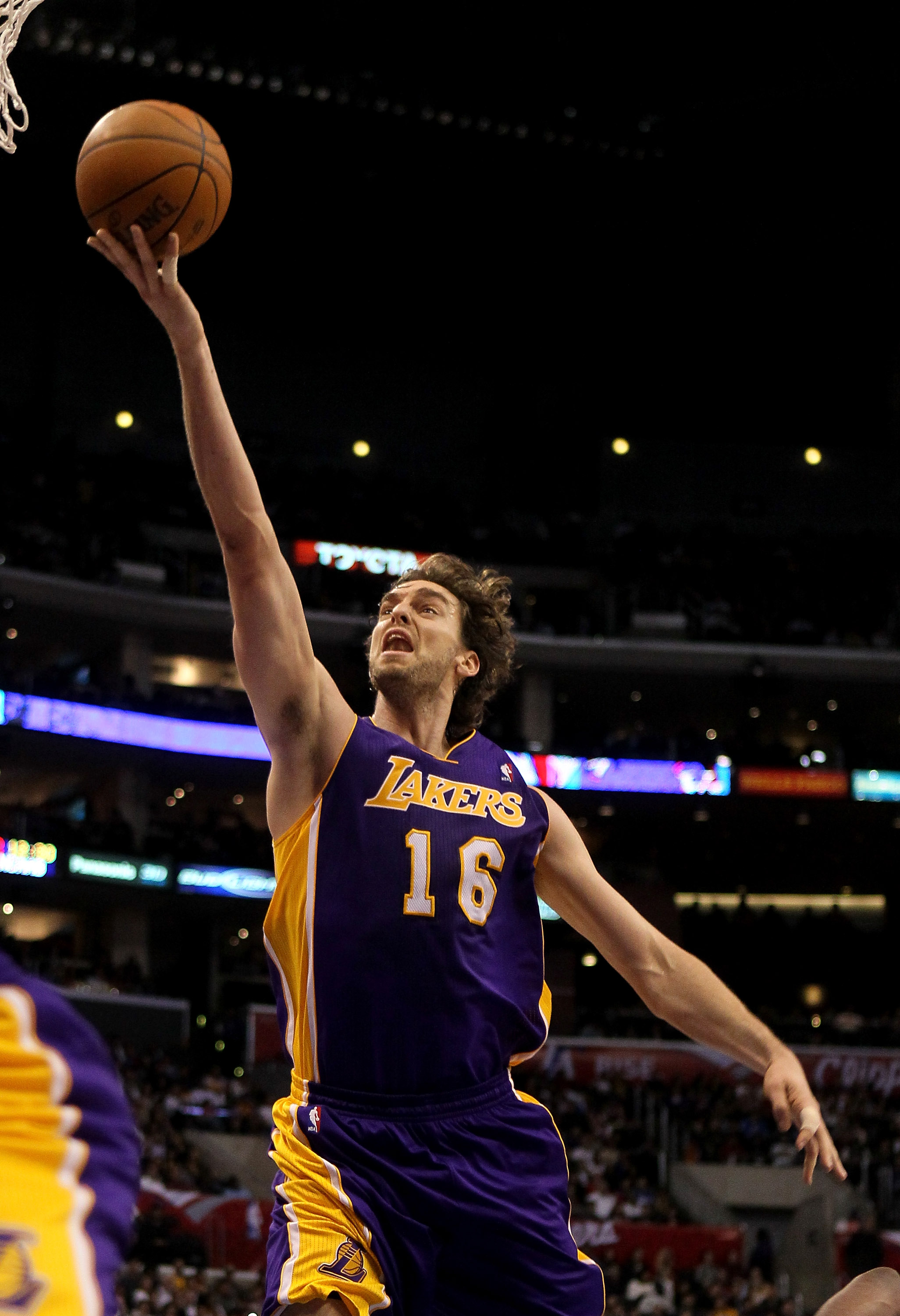LOS ANGELES, CA - DECEMBER 08:  Pau Gasol #16 of the Los Angeles Lakers shoots against the Los Angeles Clippers at Staples Center on December 8, 2010 in Los Angeles, California.  NOTE TO USER: User expressly acknowledges and agrees that, by downloading an