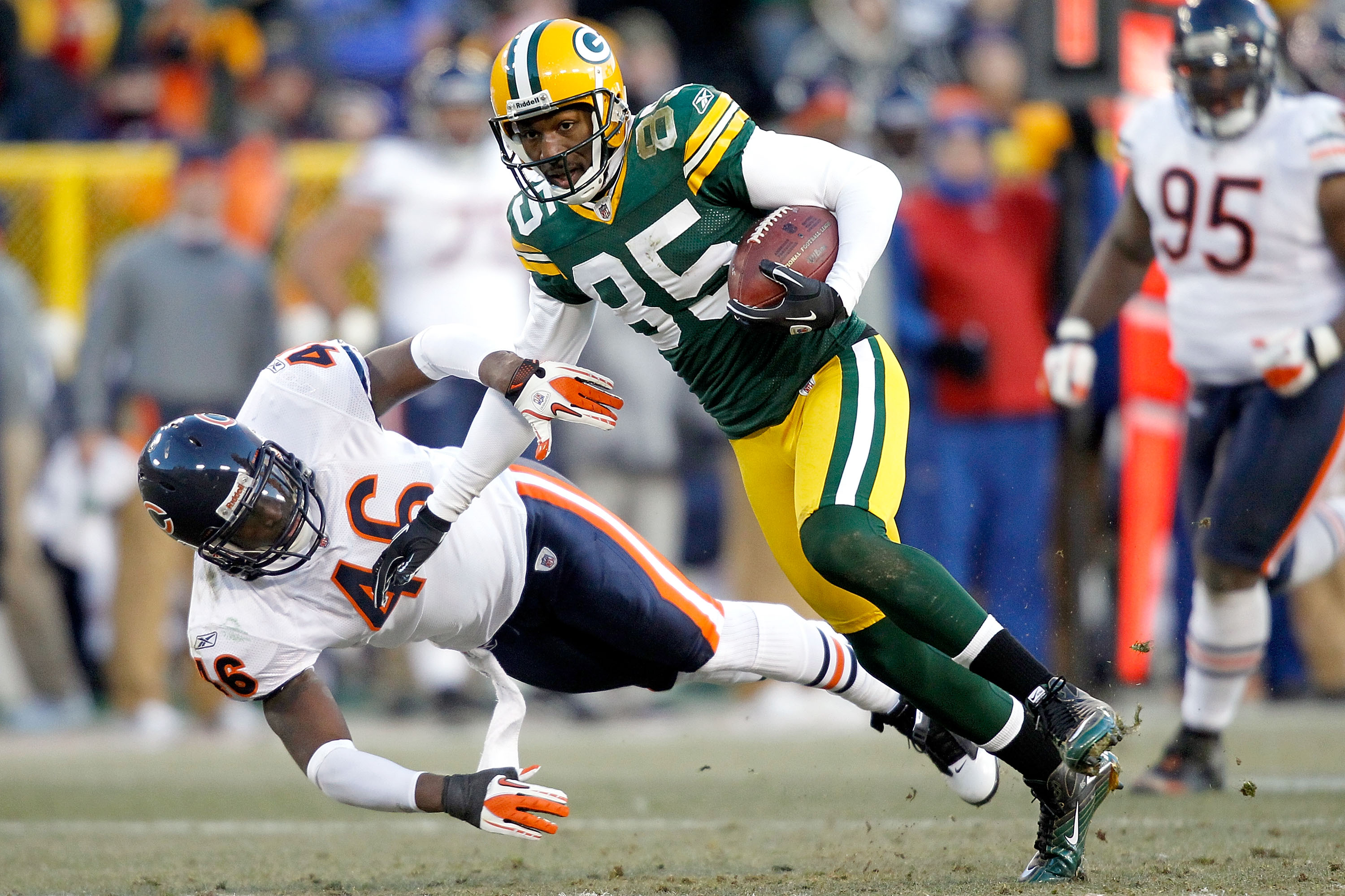 GREEN BAY, WI - JANUARY 02: Greg Jennings #85 of the Green Bay Packers carries the ball after making a reception against the Chicago Bears at Lambeau Field on January 2, 2011 in Green Bay, Wisconsin.  (Photo by Matthew Stockman/Getty Images)