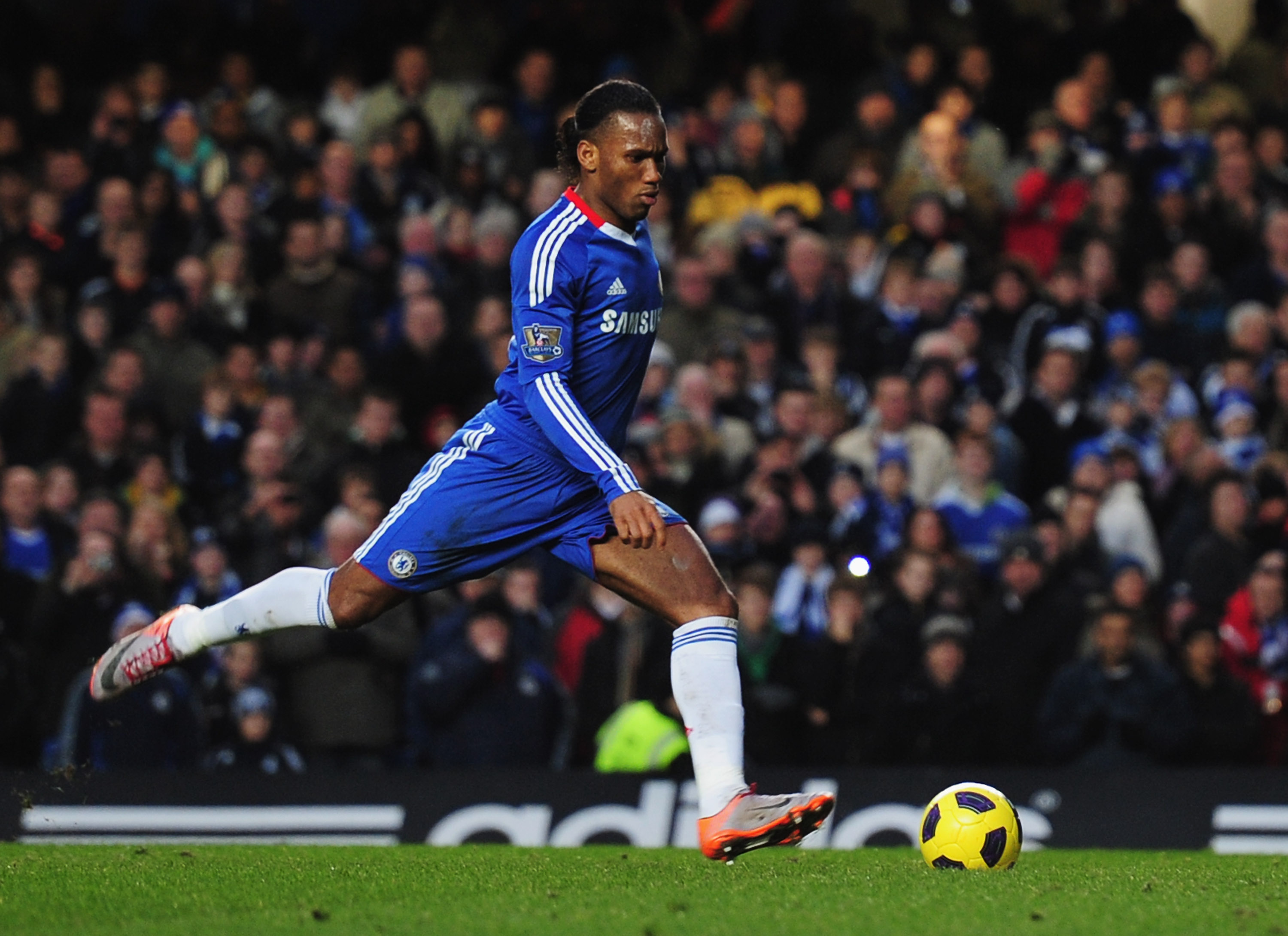 LONDON, ENGLAND - DECEMBER 04:  Didier Drogba of Chelsea scores their first goal from the penalty spot during the Barclays Premier League match between Chelsea and Everton at Stamford Bridge on December 4, 2010 in London, England.  (Photo by Shaun Botteri