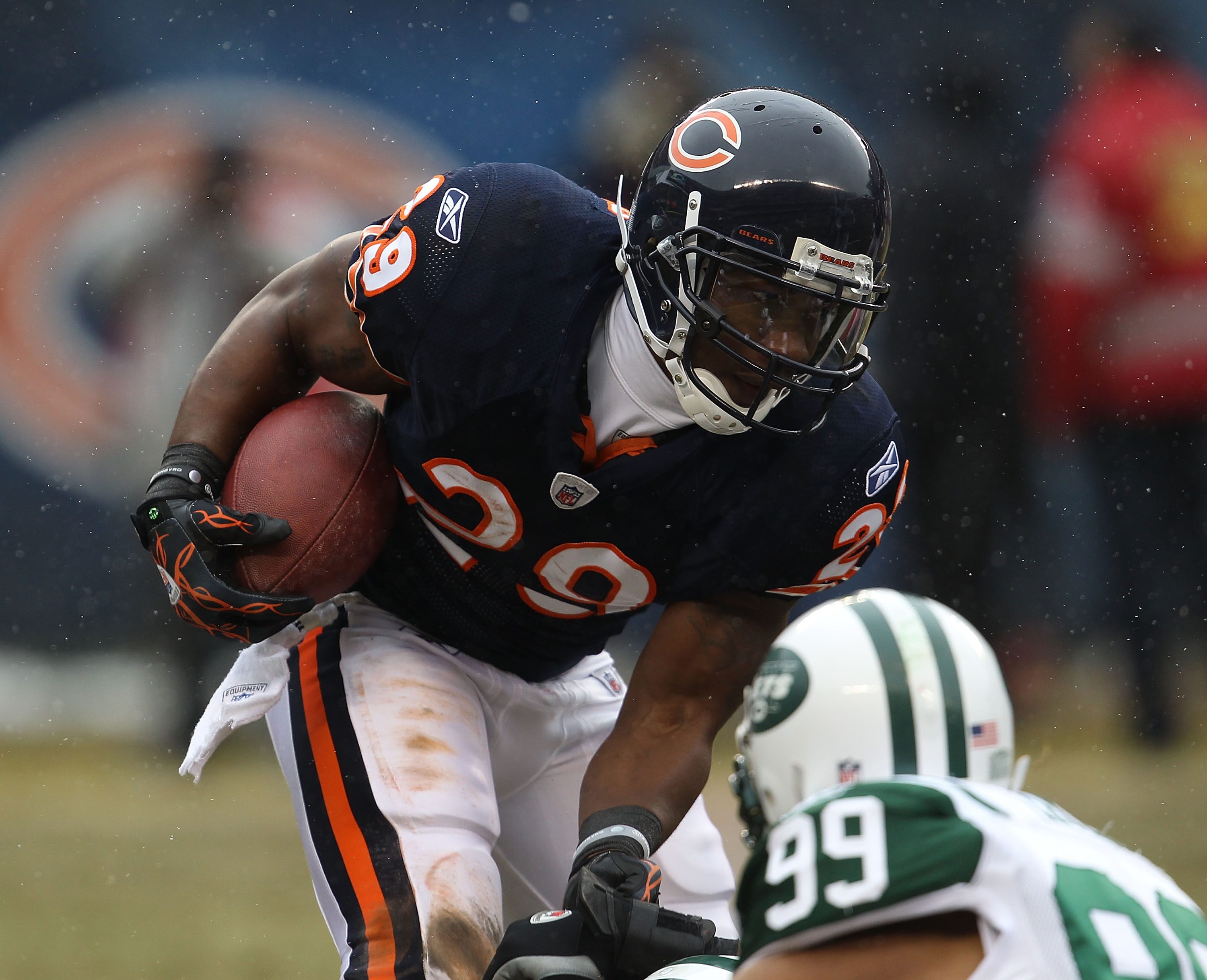 CHICAGO, IL - DECEMBER 26: Chester Taylor #29 of the Chicago Bears runs against the New York Jets at Soldier Field on December 26, 2010 in Chicago, Illinois. The Bears defeated the Jets 38-34. (Photo by Jonathan Daniel/Getty Images)