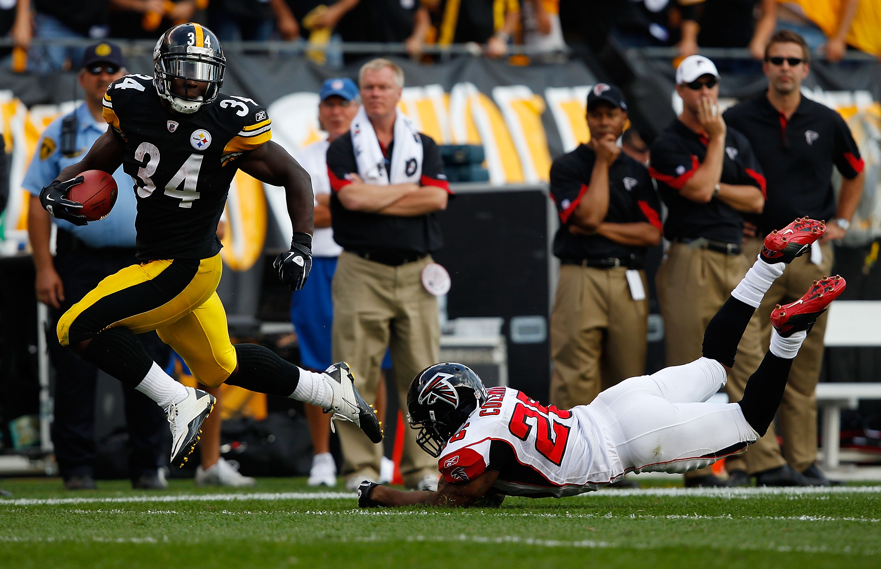 PITTSBURGH - SEPTEMBER 12:  Rashard Mendenhall #26 of the Pittsburgh Steelers runs past Erik Coleman #26 of the Atlanta Falcons for a 50-yard game winning touchdown in overtime during the NFL season opener game on September 12, 2010 at Heinz Field in Pitt