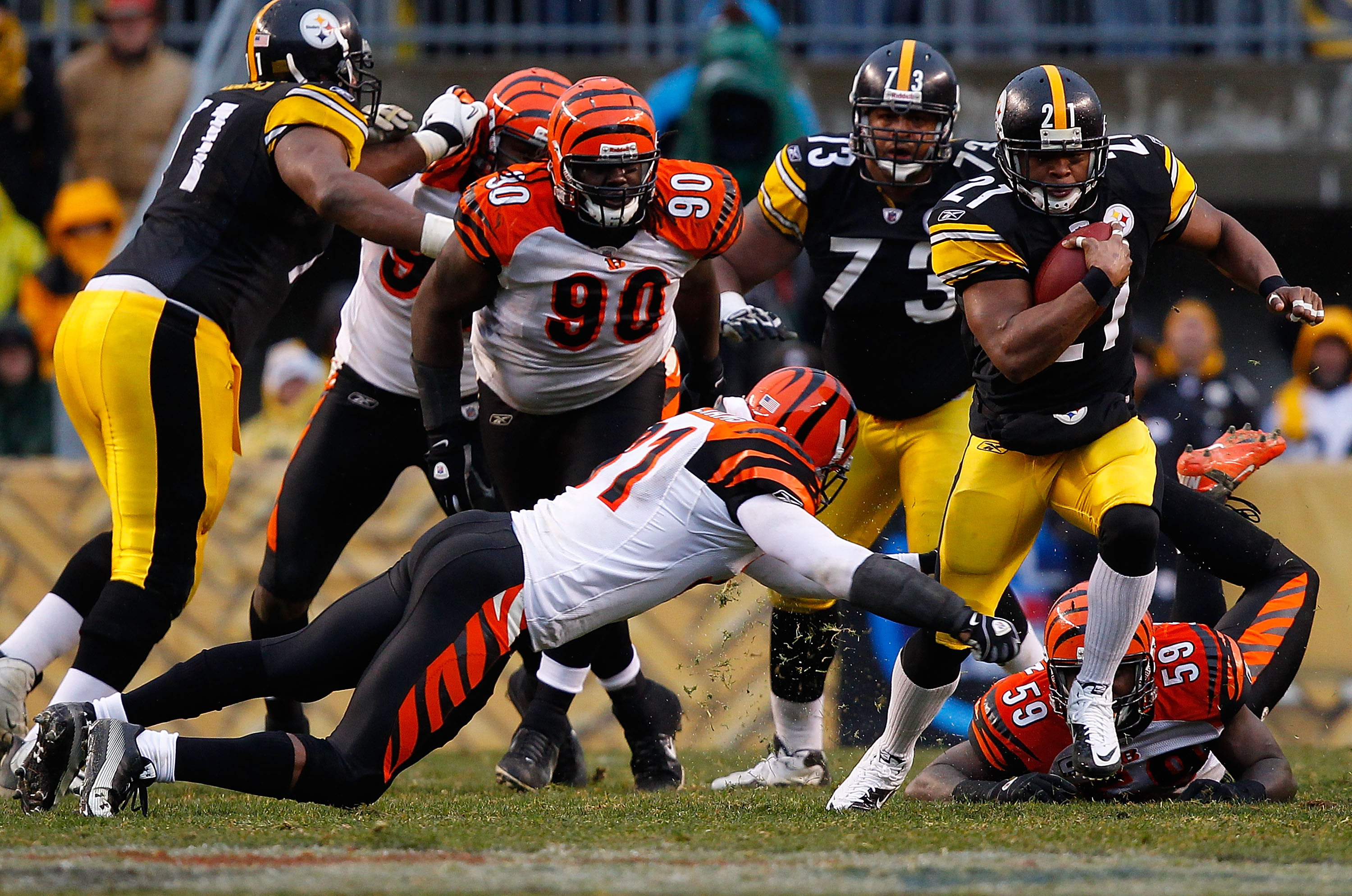 PITTSBURGH - DECEMBER 12:  Mewelde Moore #21 of the Pittsburgh Steelers runs with the ball against the Cincinnati Bengals during the game on December 12, 2010 at Heinz Field in Pittsburgh, Pennsylvania.  (Photo by Jared Wickerham/Getty Images)