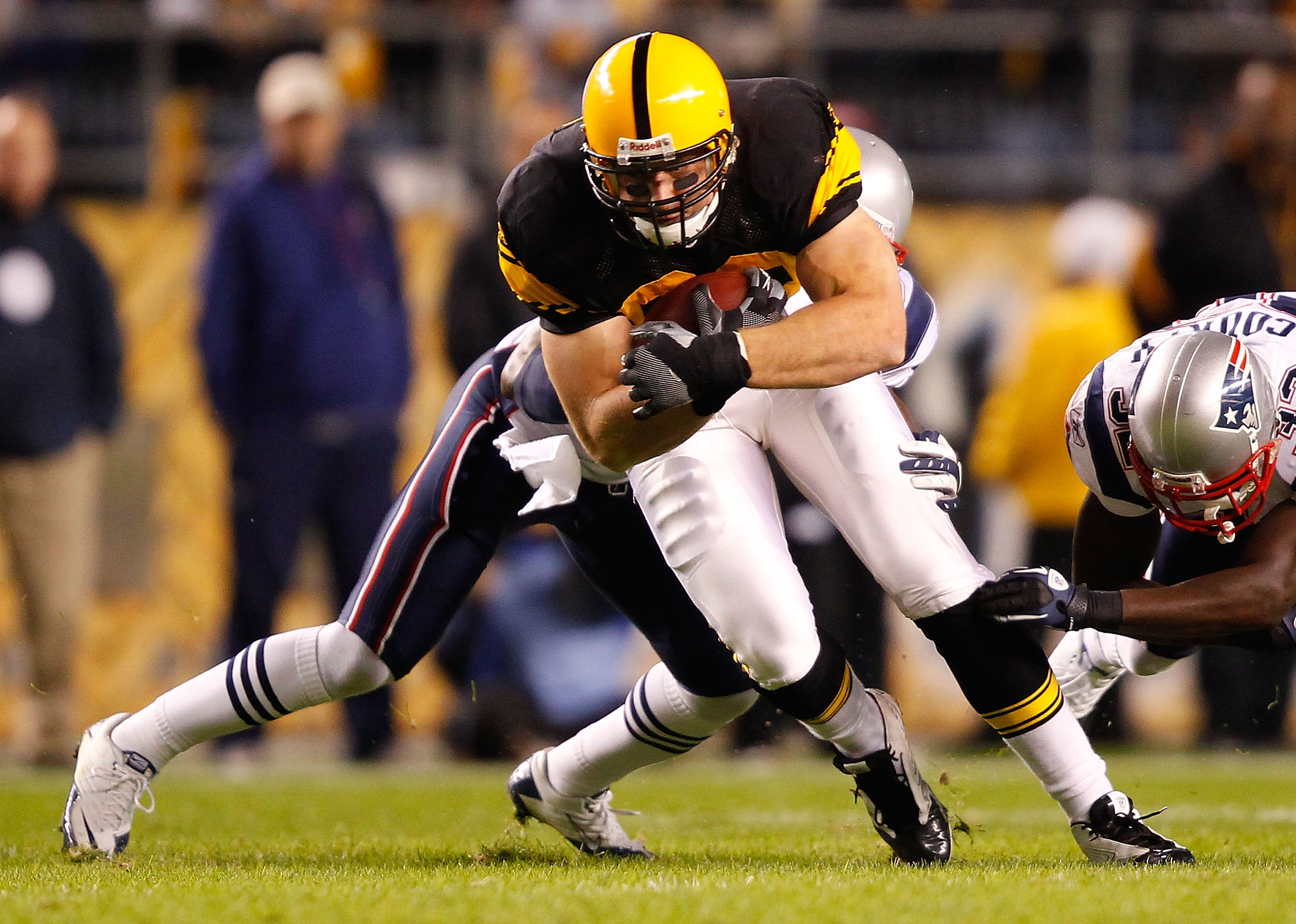 PITTSBURGH, PA - NOVEMBER 14:  Heath Miller #83 of the Pittsburgh Steelers runs with the ball against the New England Patriots during the game on November 14, 2010 at Heinz Field in Pittsburgh, Pennsylvania.  (Photo by Jared Wickerham/Getty Images)
