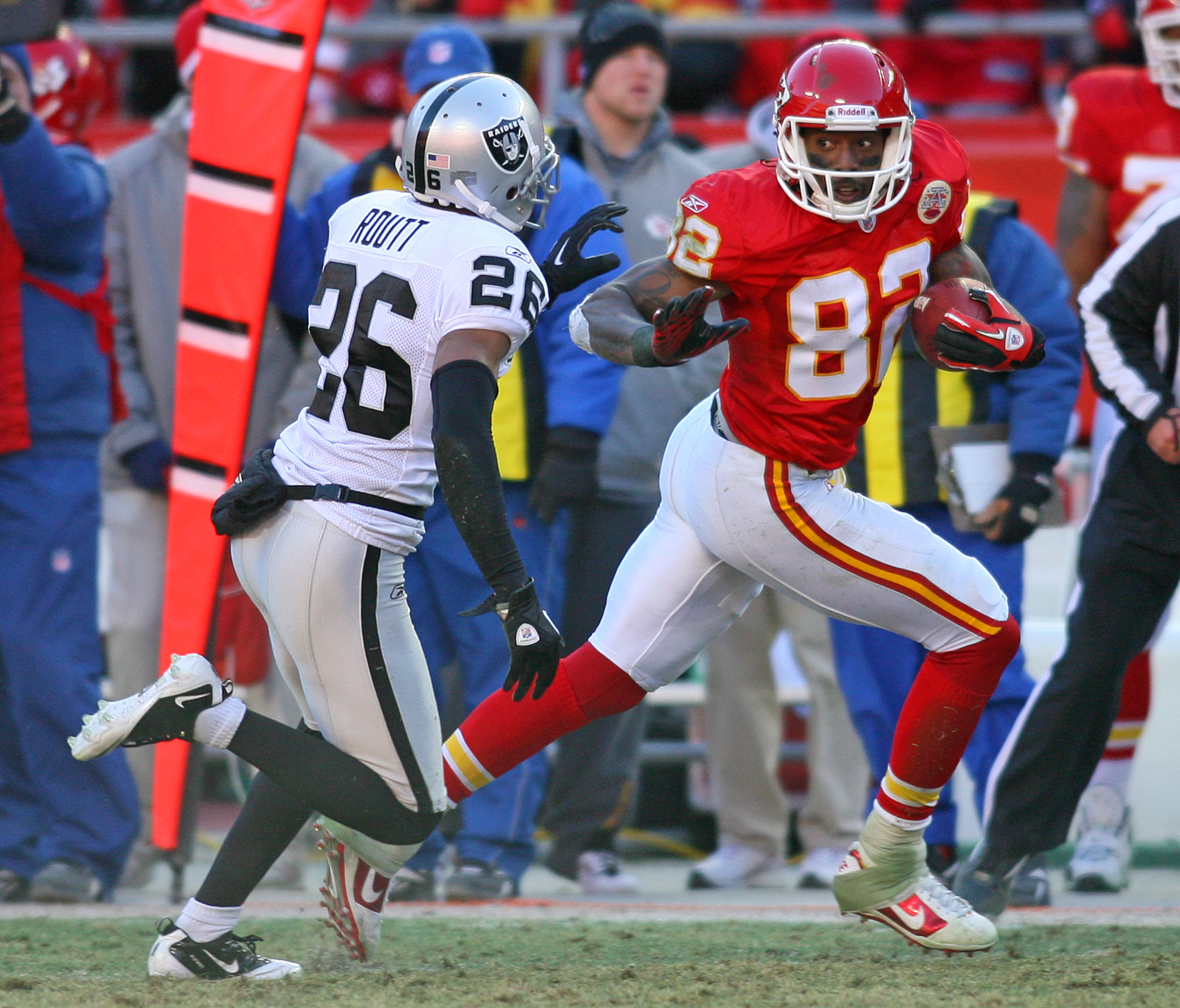 KANSAS CITY, MO - JANUARY 02:  Wide receiver Dwayne Bowe #82 of the Kansas City Chiefs runs down field in a game against the Oakland Raiders at Arrowhead Stadium on January 2, 2011 in Kansas City, Missouri.  (Photo by Tim Umphrey/Getty Images)