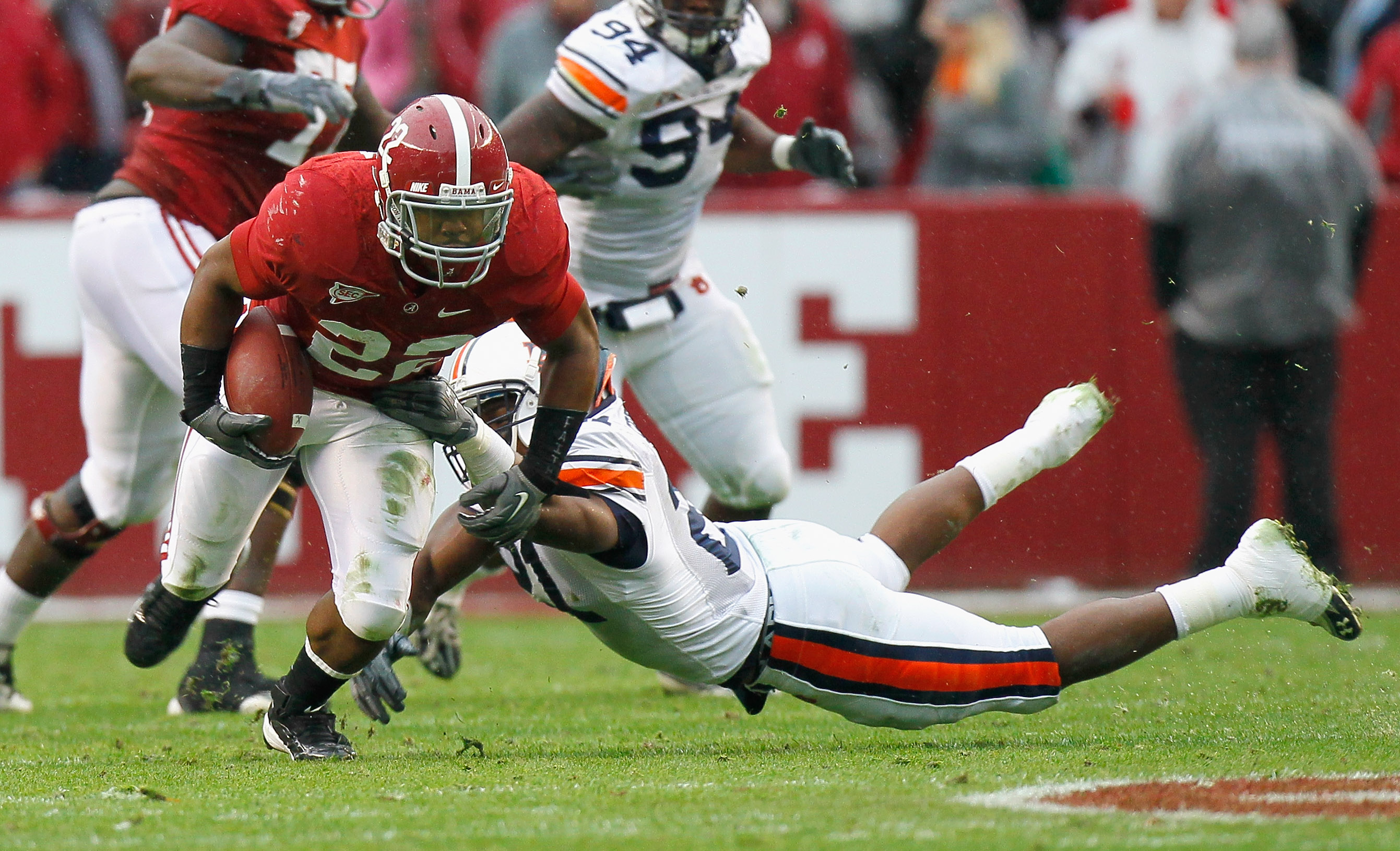 TUSCALOOSA, AL - NOVEMBER 26:  Mark Ingram #22 of the Alabama Crimson Tide breaks a tackle by Eltoro Freeman #21 of the Auburn Tigers at Bryant-Denny Stadium on November 26, 2010 in Tuscaloosa, Alabama.  (Photo by Kevin C. Cox/Getty Images)