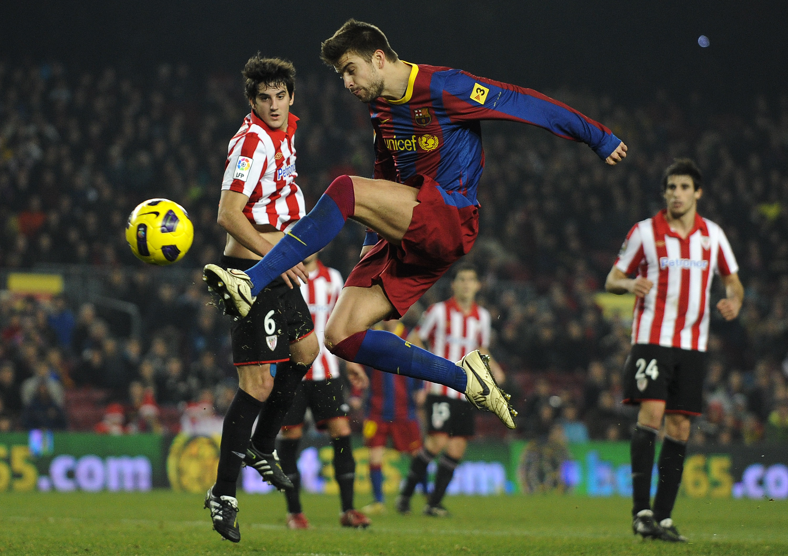 BARCELONA, SPAIN - DECEMBER 21:  Gerard Pique of FC Barcelona shoots at goal during the round of last 16 Copa del Rey match between FC Barcelona and Athletic Bilbao at Camp Nou on December 21, 2010 in Barcelona, Spain. The match ended 0-0.  (Photo by Davi