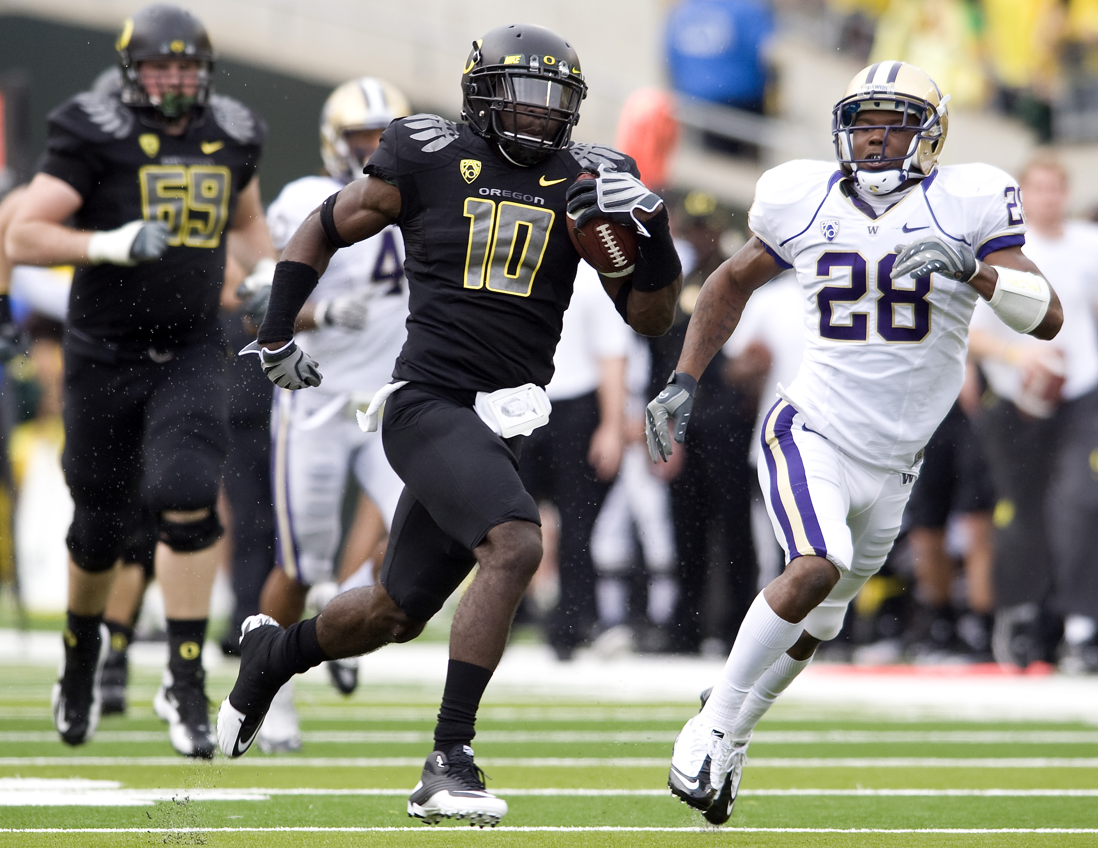 EUGENE, OR - NOVEMBER 06: Wide receiver D.J. Davis #10 of the Oregon Ducks runs after making a reception as cornerback Quinton Richardson #28 of the Washington Huskies gives chase in the third quarter of the game at Autzen Stadium on November 6, 2010 in E
