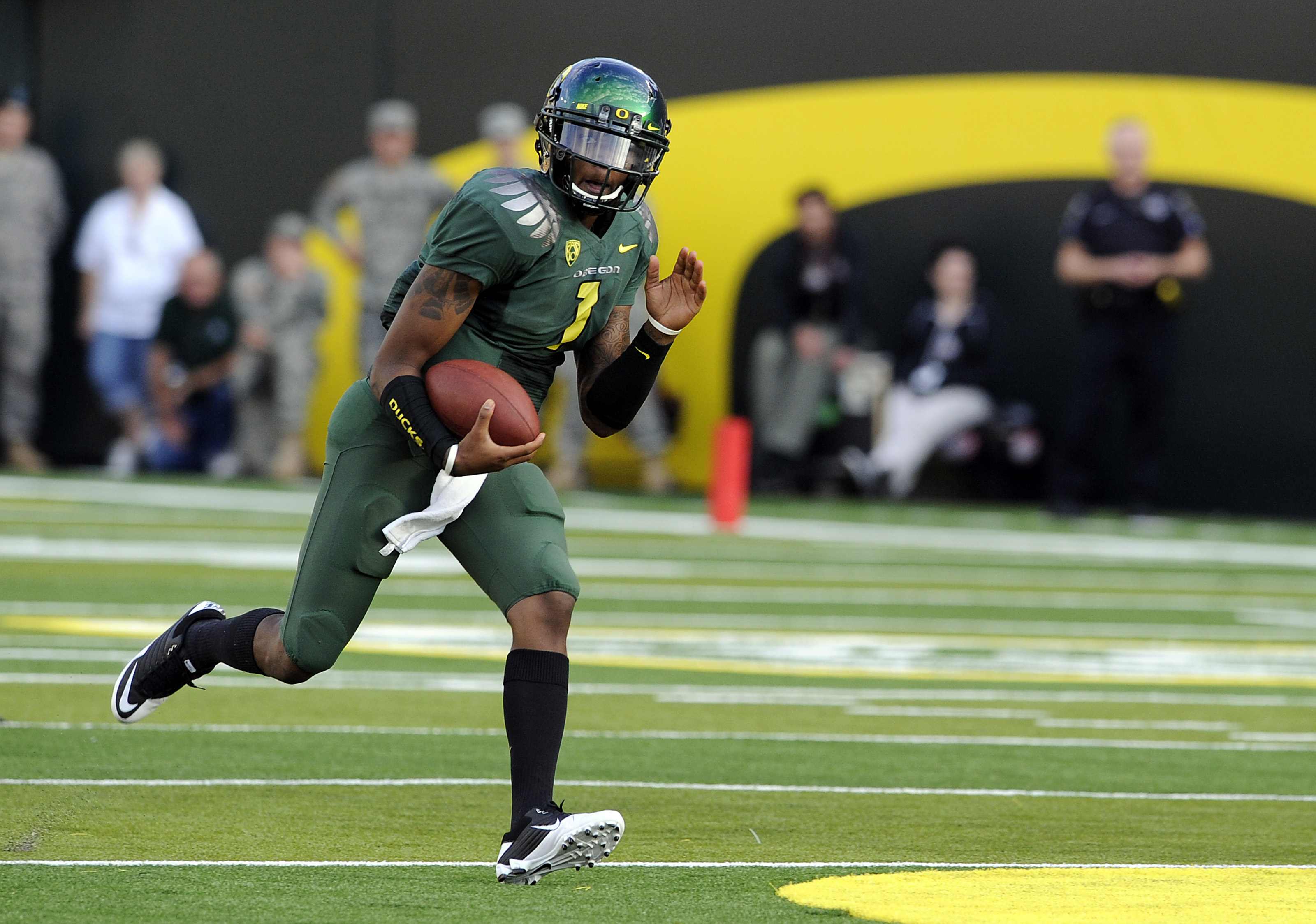 EUGENE, OR - OCTOBER 2: Quarterback Darron Thomas #1 of the Oregon Ducks runs with the ball in the first quarter of the game against the Stanford Cardinal at Autzen Stadium on October 2, 2010 in Eugene, Oregon. (Photo by Steve Dykes/Getty Images)