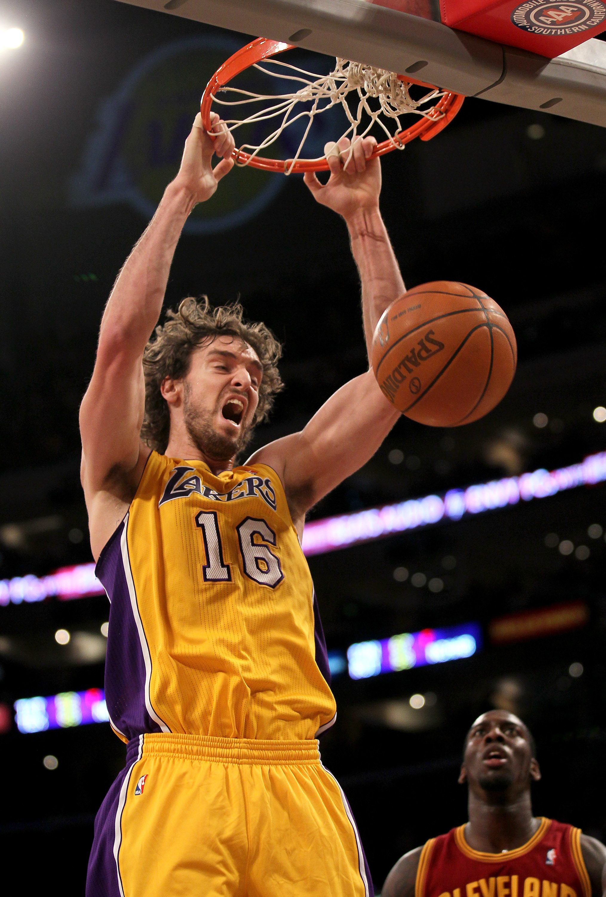 LOS ANGELES, CA - JANUARY 11:  Pau Gasol #16 of the Los Angeles Lakers dunks against the Cleveland Cavaliers at Staples Center on January 11, 2011 in Los Angeles, California.   NOTE TO USER: User expressly acknowledges and agrees that, by downloading and