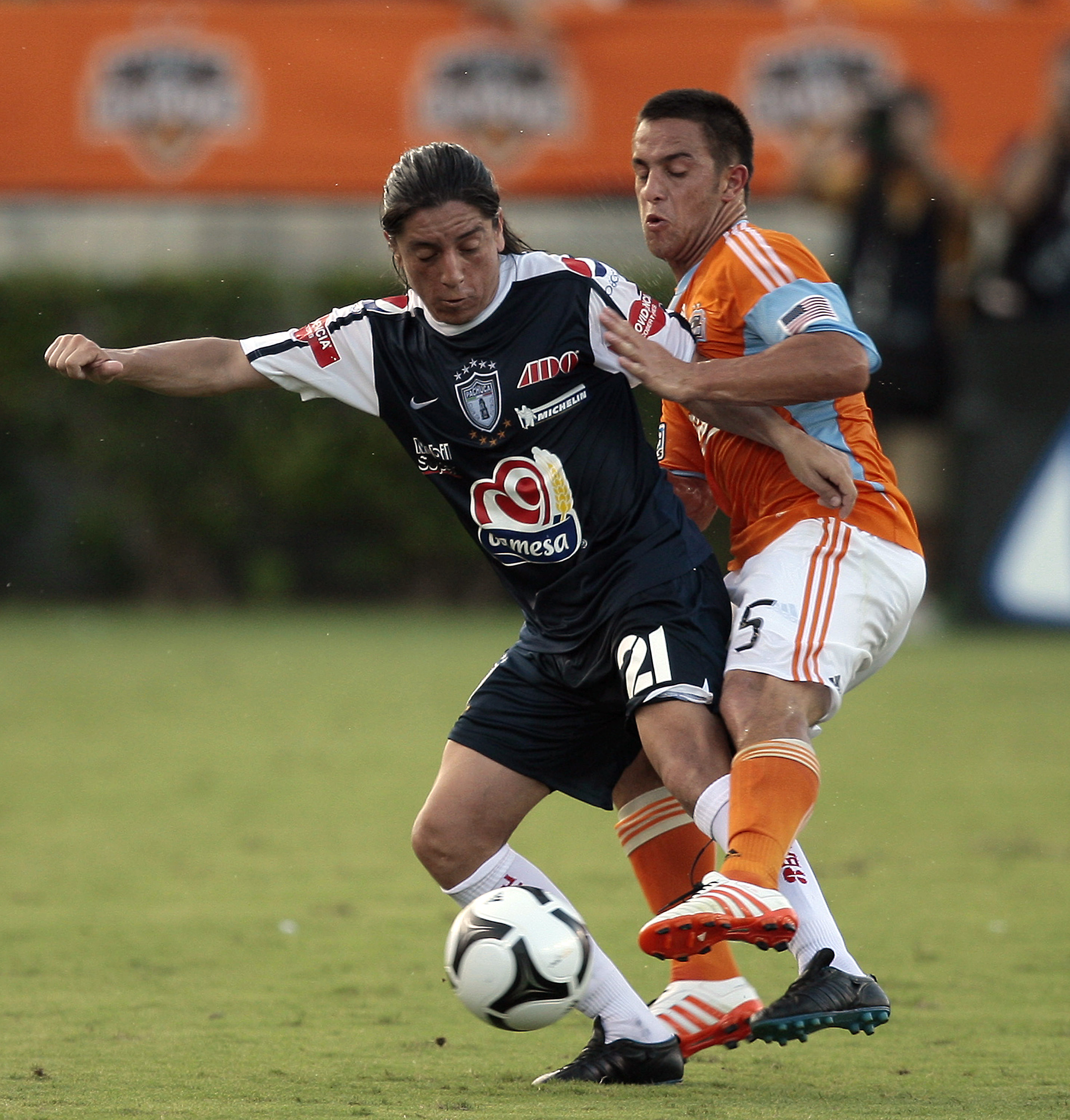 HOUSTON - JULY 15:  Damian Manso #21 of Pachuca and Danny Cruz #5 of the Houston Dynamo fight for the ball during  a SuperLiga match at Robertson Stadium on July 15, 2010 in Houston, Texas.  (Photo by Bob Levey/Getty Images)