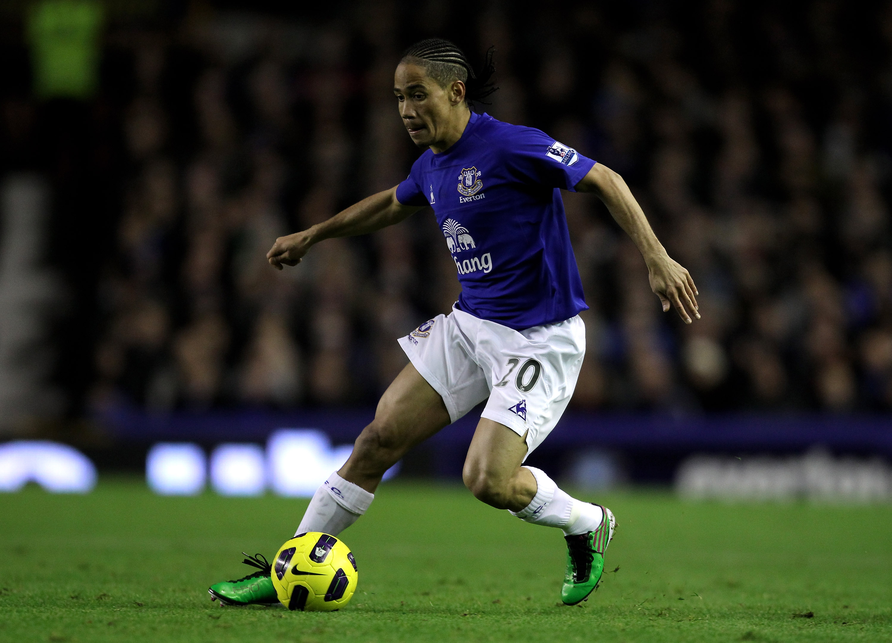 LIVERPOOL, ENGLAND - JANUARY 05:  Steven Pienaar of Everton in action during the Barclays Premier League match between Everton and Tottenham Hotspur at Goodison Park on January 5, 2011 in Liverpool, England. (Photo by Alex Livesey/Getty Images)