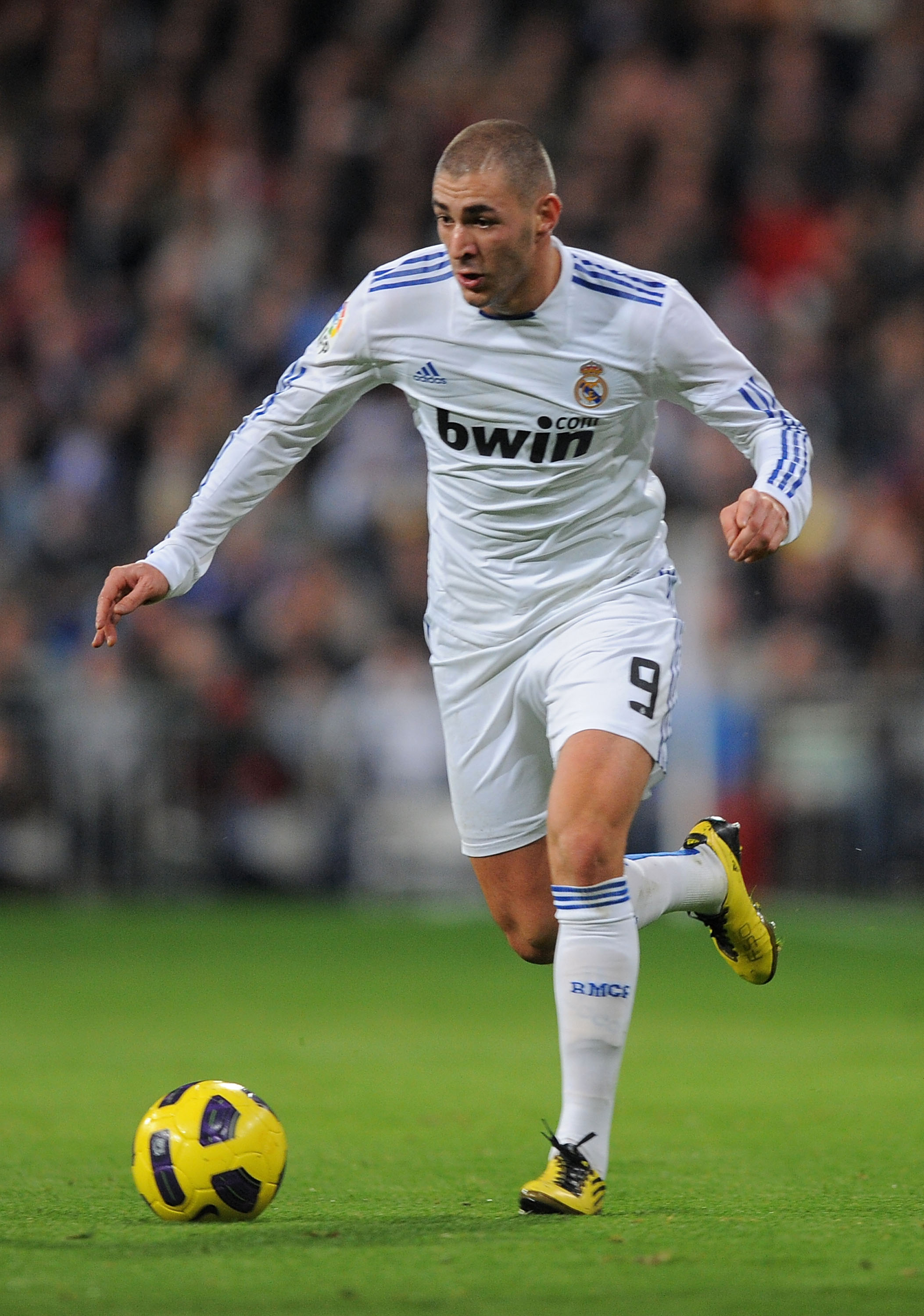 MADRID, SPAIN - JANUARY 09:  Karim Benzema of Real Madrid runs with the ball during the La Liga match between Real Madrid and Villarreal at Estadio Santiago Bernabeu on January 9, 2011 in Madrid, Spain.  (Photo by Denis Doyle/Getty Images)