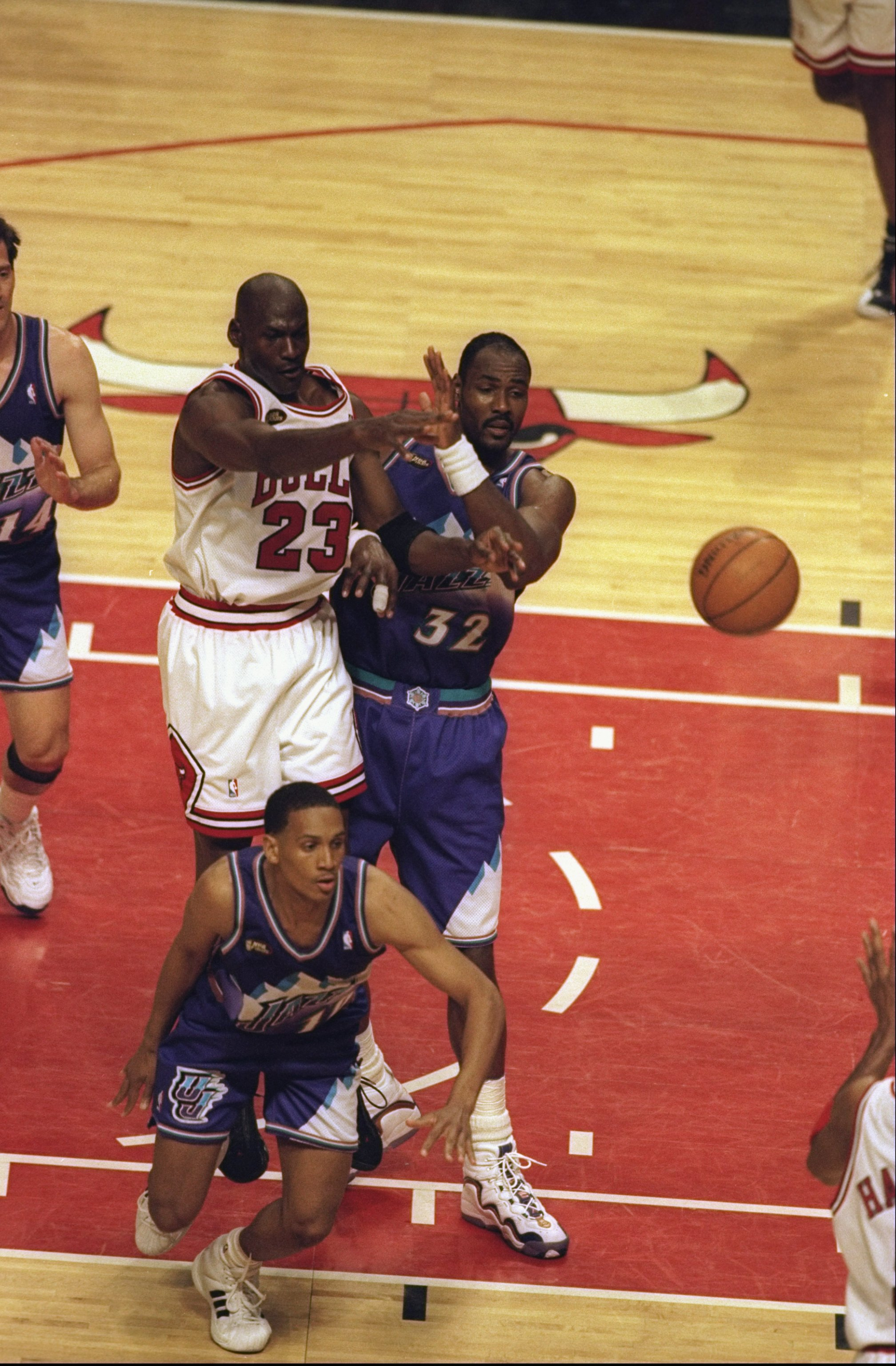 7 Jun 1998:  Michael Jordan #23 of the Chicago Bulls passes the ball to Ron Harper #9 for the easy lay up instead of taking the shot as Karl Malone #32 of the Utah Jazz comes to block him from the shot during the NBA Finals game 3 at the United Center in