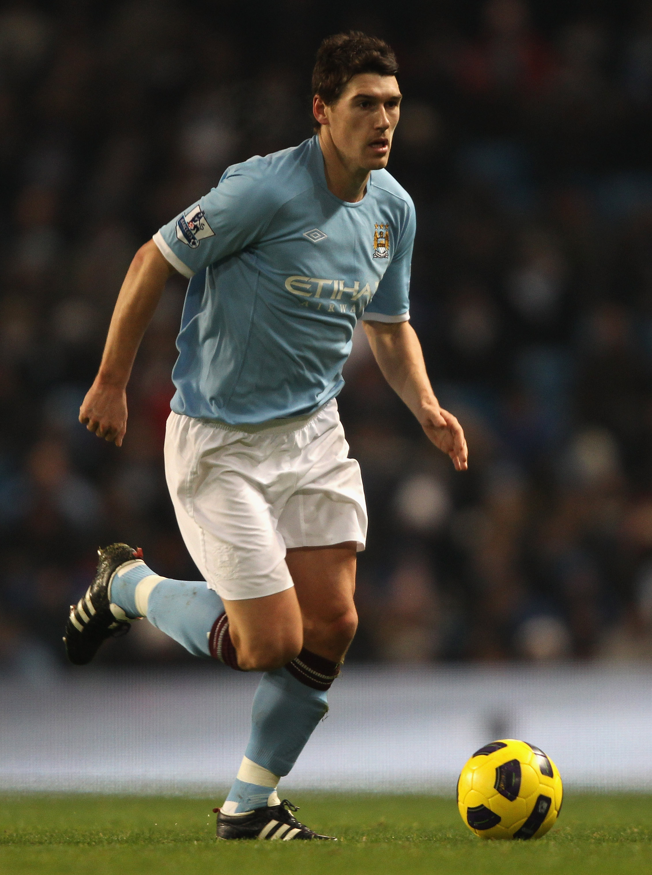 MANCHESTER, ENGLAND - DECEMBER 20: Gareth Barry of Manchester City in action during the Barclays Premier League match between Manchester City and Everton at City of Manchester Stadium on December 20, 2010 in Manchester, England.  (Photo by Clive Brunskill
