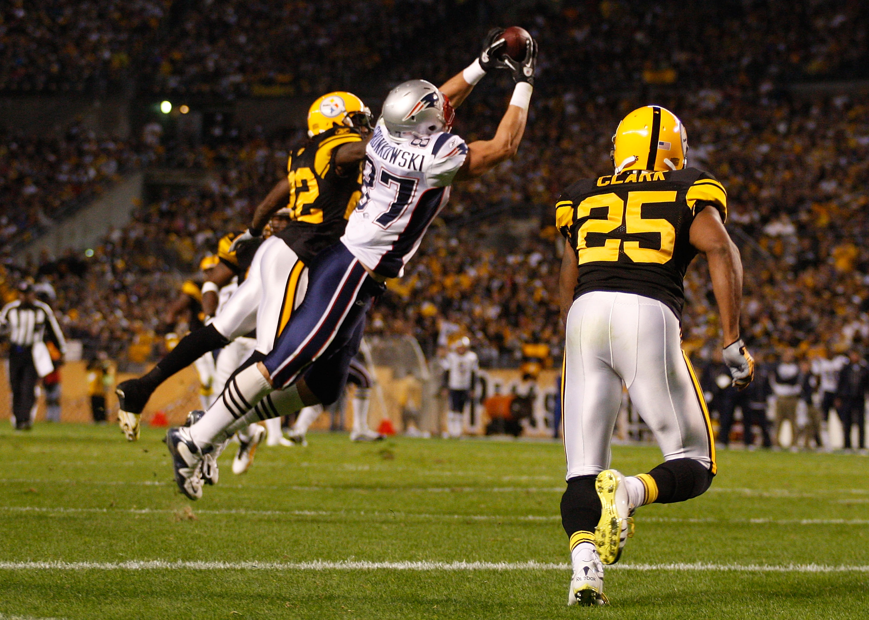 PITTSBURGH - NOVEMBER 14:  Rob Gronkowski #87 of the New England Patriots catches a touchdown pass during the game against the Pittsburgh Steelers on November 14, 2010 at Heinz Field in Pittsburgh, Pennsylvania.  (Photo by Jared Wickerham/Getty Images)