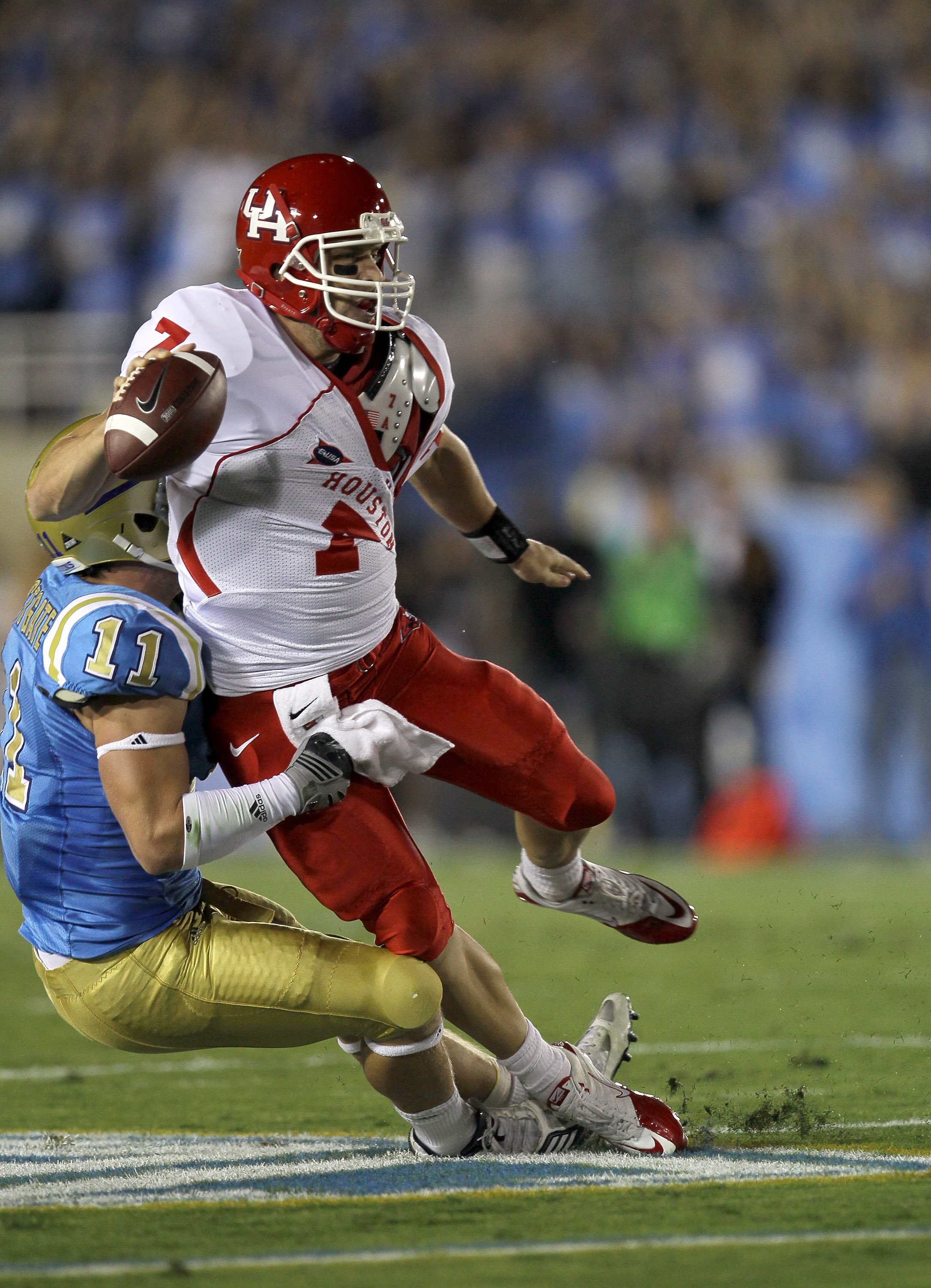 PASADENA, CA - SEPTEMBER 18:  Quarterback Case Keenum #7 of the Houston Cougars is tied up by linebacker Sean Westgate #11 of the UCLA Bruins at the Rose Bowl on September 18, 2010 in Pasadena, California.  (Photo by Stephen Dunn/Getty Images)