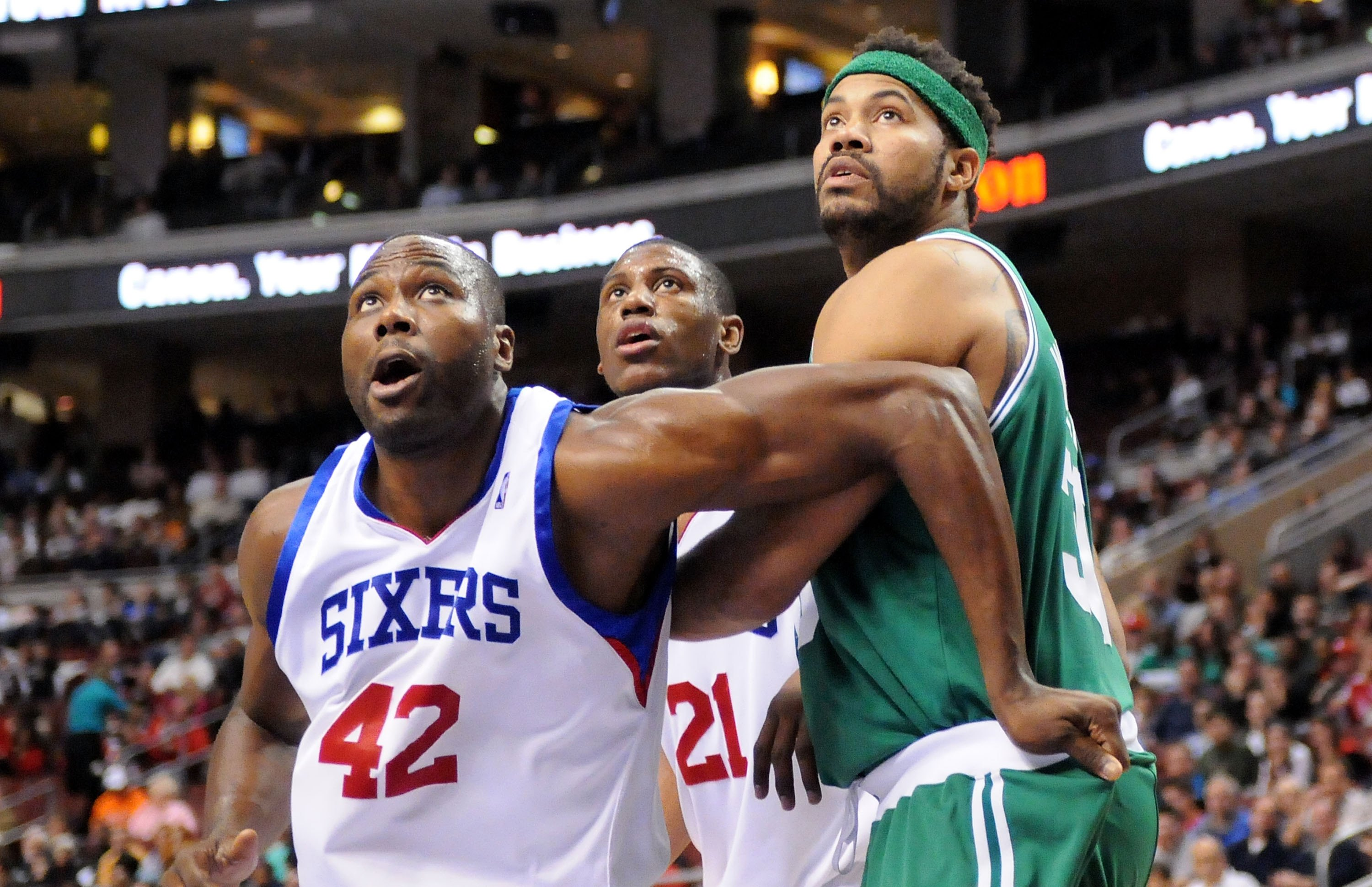 Elton Brand shows he can still hold his own in the paint