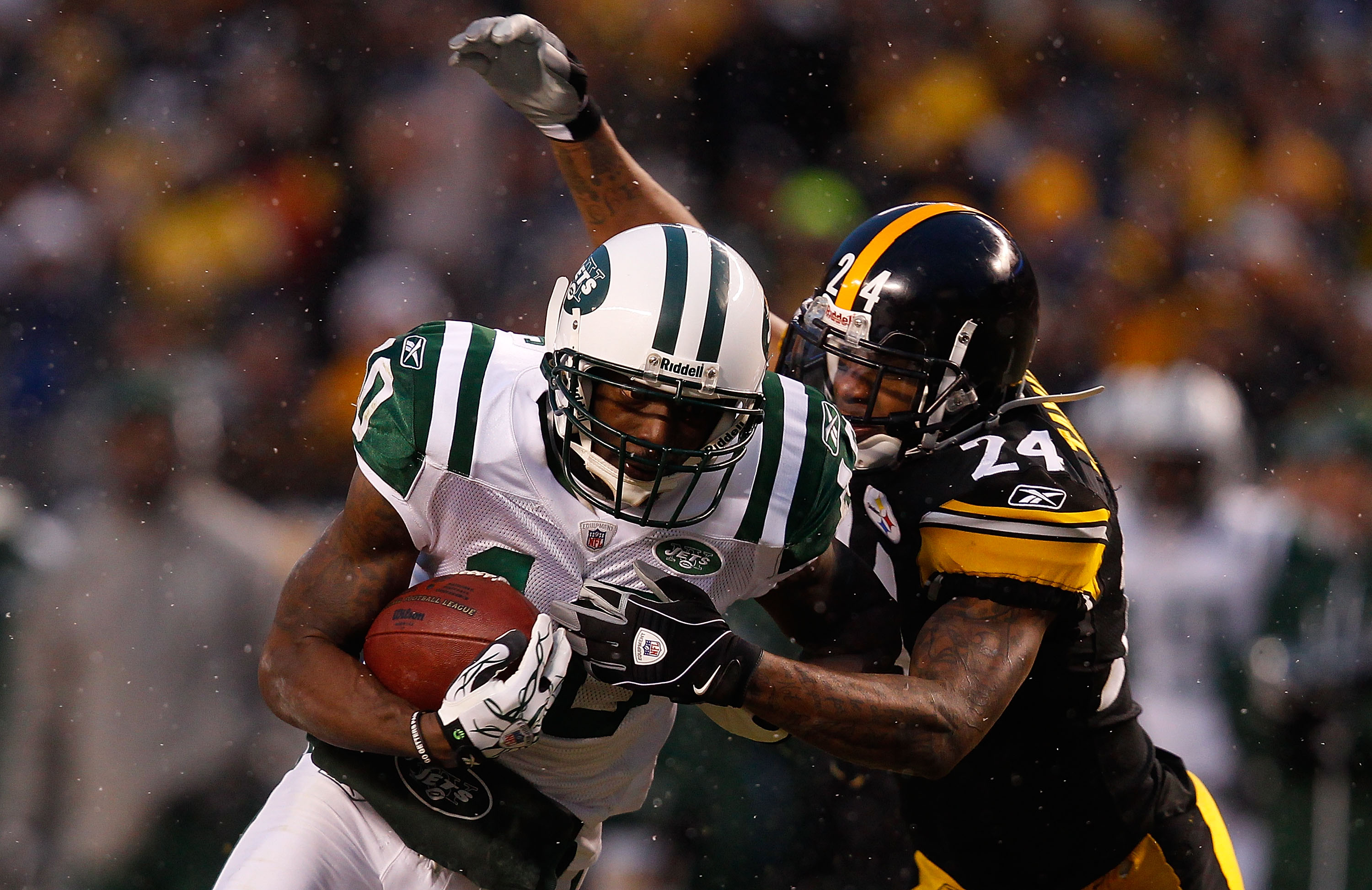 PITTSBURGH - DECEMBER 19:  Santonio Holmes #10 of the New York Jets makes a catch in front of Ike Taylor #24 of the Pittsburgh Steelers during the game on December 19, 2010 at Heinz Field in Pittsburgh, Pennsylvania.  (Photo by Jared Wickerham/Getty Image