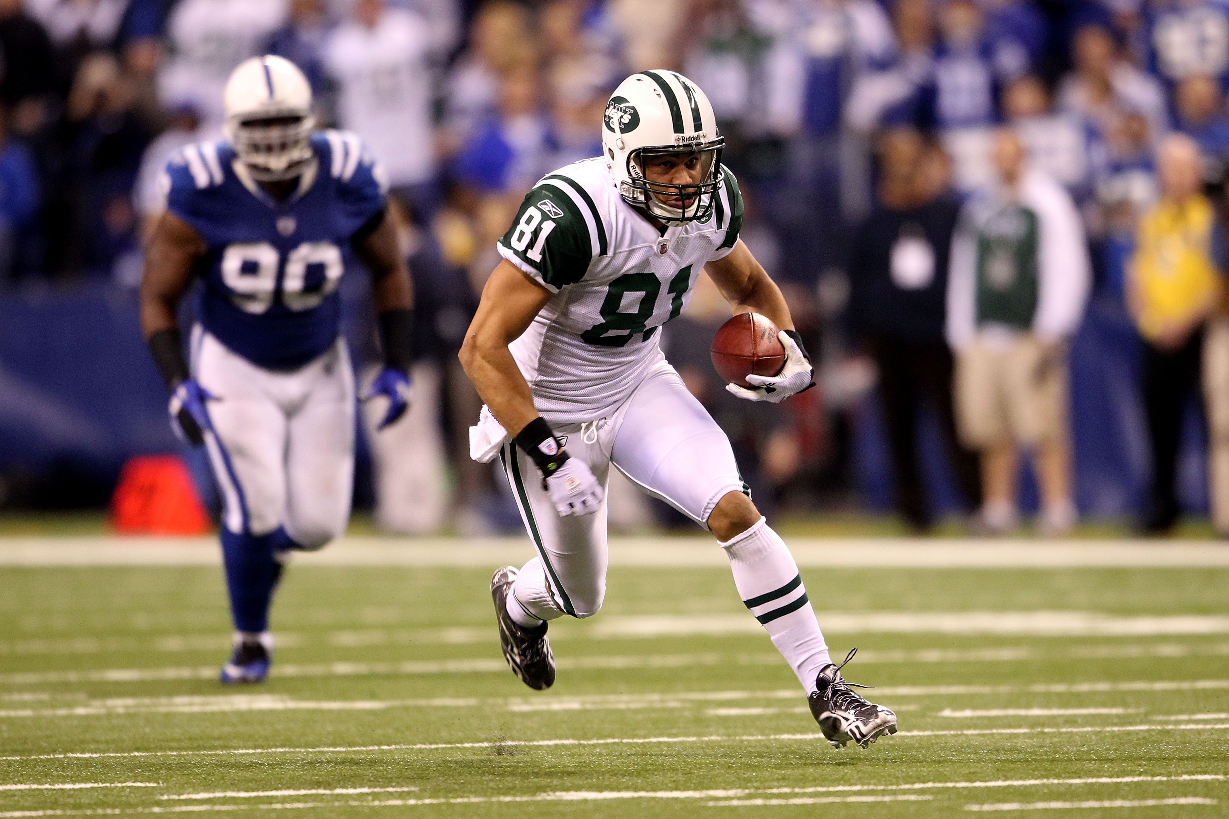 INDIANAPOLIS, IN - JANUARY 08:  Dustin Keller #81 of the New York Jets runs for yards after the catch against the Indianapolis Colts during their 2011 AFC wild card playoff game at Lucas Oil Stadium on January 8, 2011 in Indianapolis, Indiana.  (Photo by