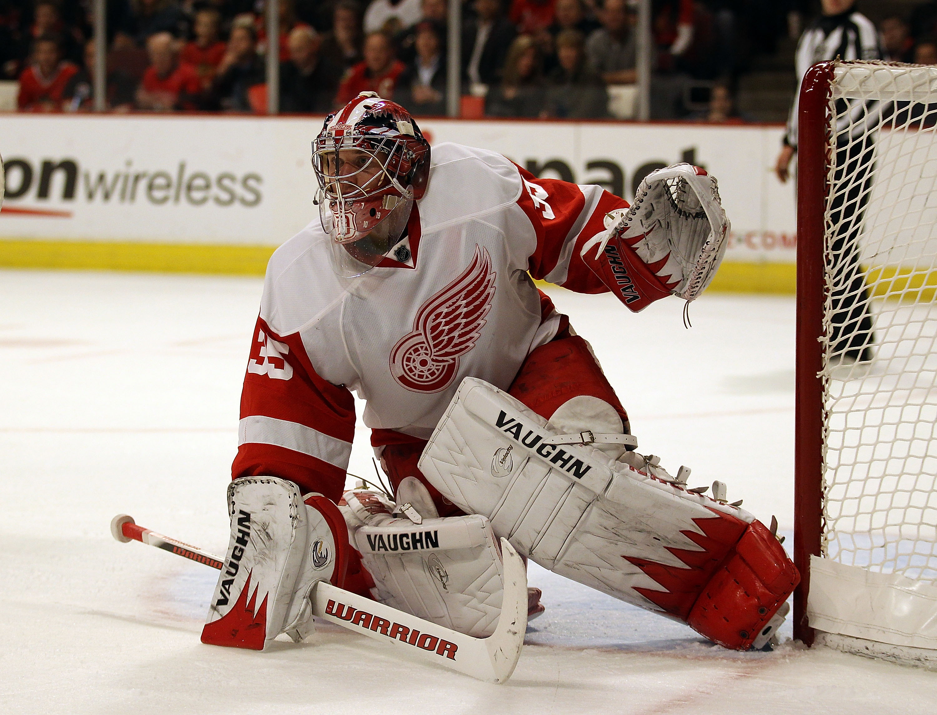 CHICAGO, IL - DECEMBER 17: Jimmy Howard #35 of the Detroit Red Wings keeps his eyes on the action against the Chicago Blackhawks at the United Center on December 17, 2010 in Chicago, Illinois. The Blackhawks defeated the Red Wings 4-1. (Photo by Jonathan