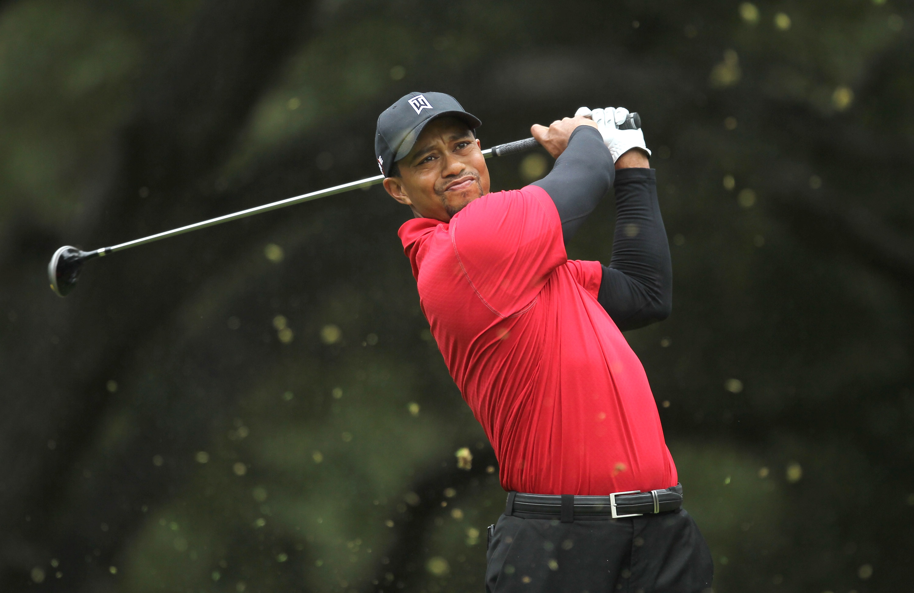 THOUSAND OAKS, CA - DECEMBER 5: Tiger Woods hits his tee shot on the sixth hole during the final round of the Chevron World Challenge at Sherwood Country Club on December 5, 2010 in Thousand Oaks, California.  (Stephen Dunn/Getty Images)