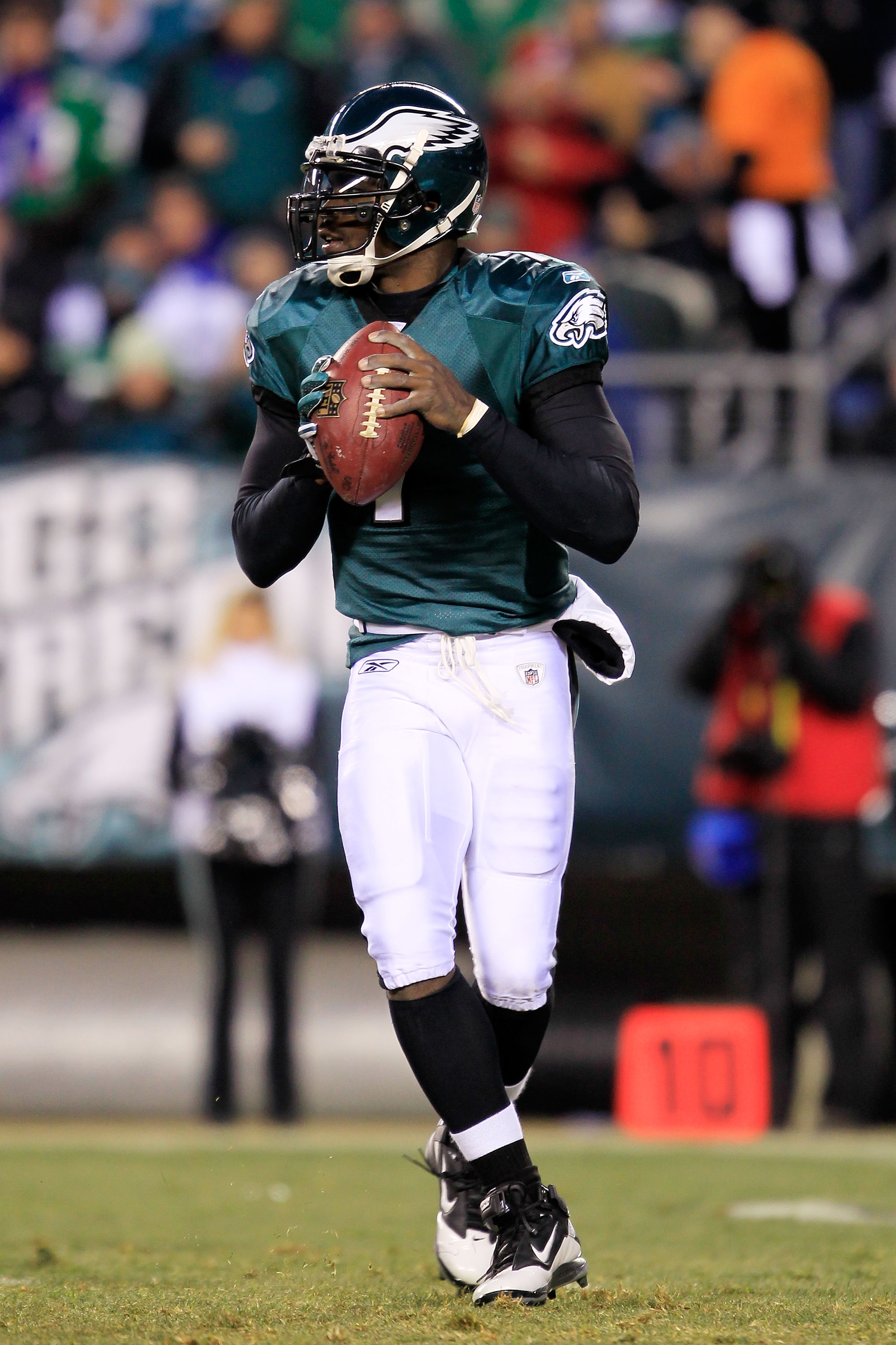 PHILADELPHIA, PA - JANUARY 09:  Michael Vick #7 of the Philadelphia Eagles drops back against the Green Bay Packers during the 2011 NFC wild card playoff game at Lincoln Financial Field on January 9, 2011 in Philadelphia, Pennsylvania.  (Photo by Chris Tr