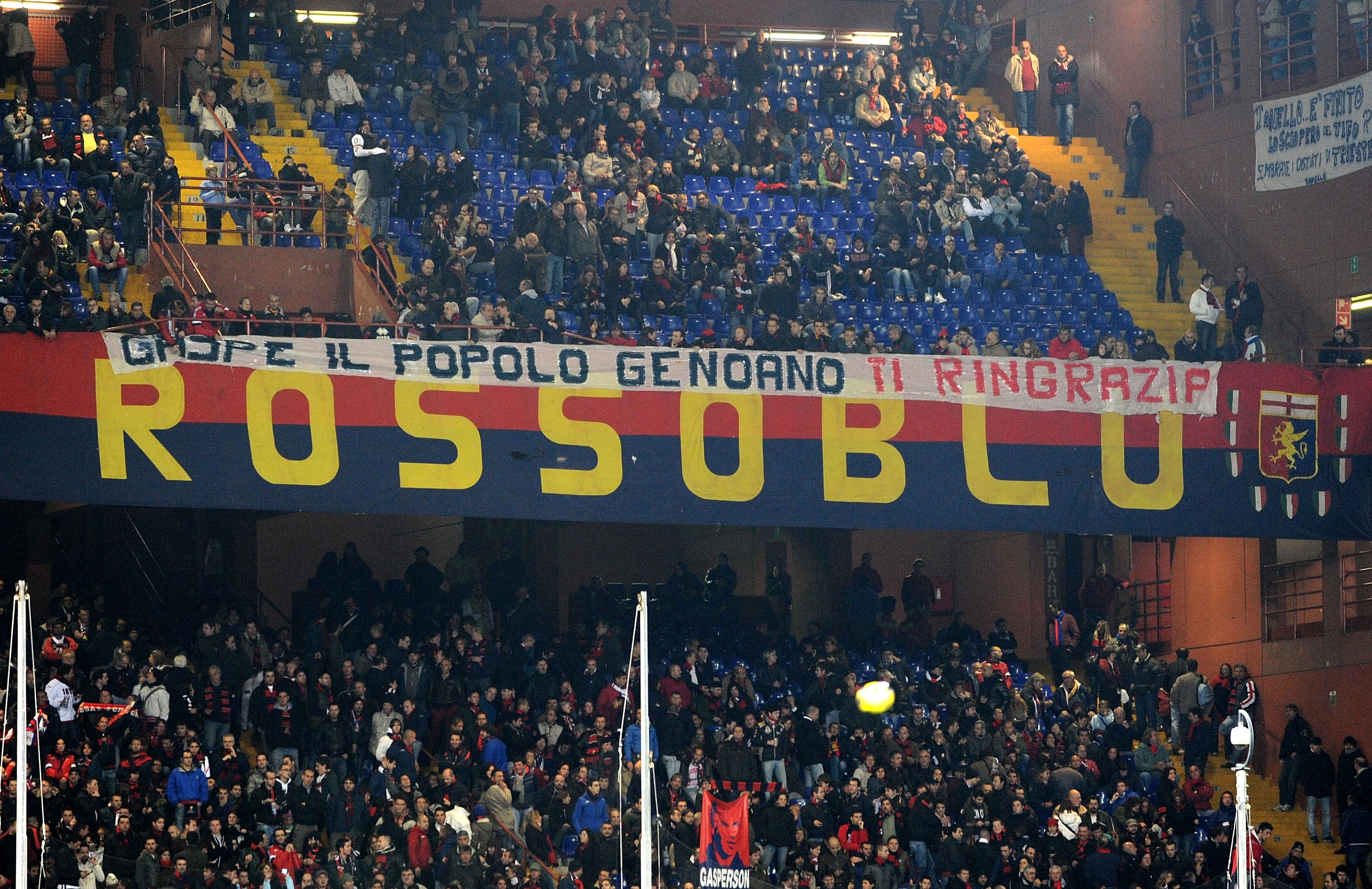 GENOA, ITALY - NOVEMBER 10: Fans of Genoa CFC  thank former head coach Giampiero Gasperini during the Serie A match between Genoa CFC and Bologna FC at Stadio Luigi Ferraris on November 10, 2010 in Genoa, Italy.  (Photo by Massimo Cebrelli/Getty Images)