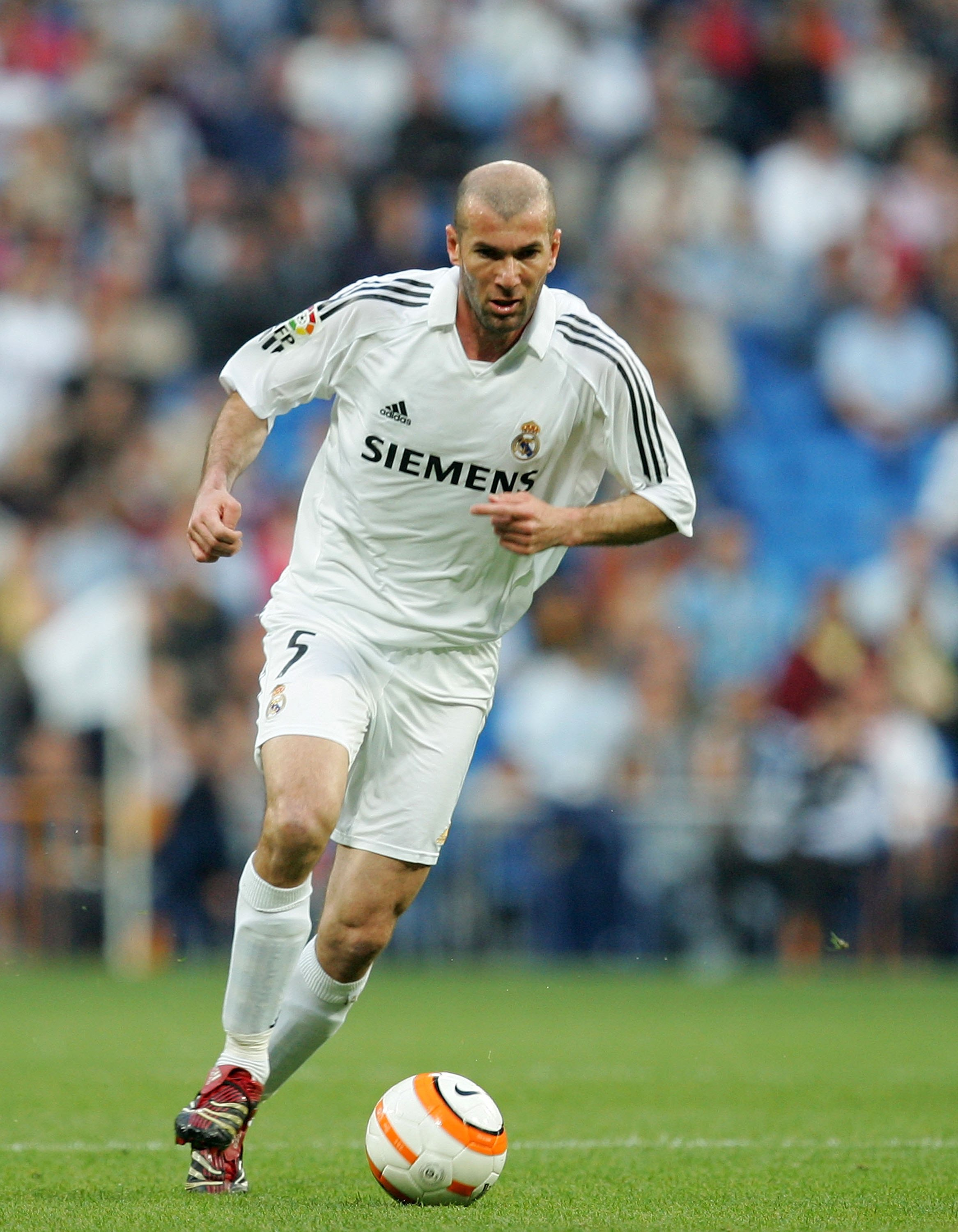 MADRID, SPAIN - APRIL 08:  Zinedine Zidane of Real Madrid dribblres with the ball during the Primera Liga match between Real Madrid and Real Sociedad at the Santiago Bernabeu stadium on April 8, 2006 in Madrid, Spain.  (Photo by Denis Doyle/Getty Images)