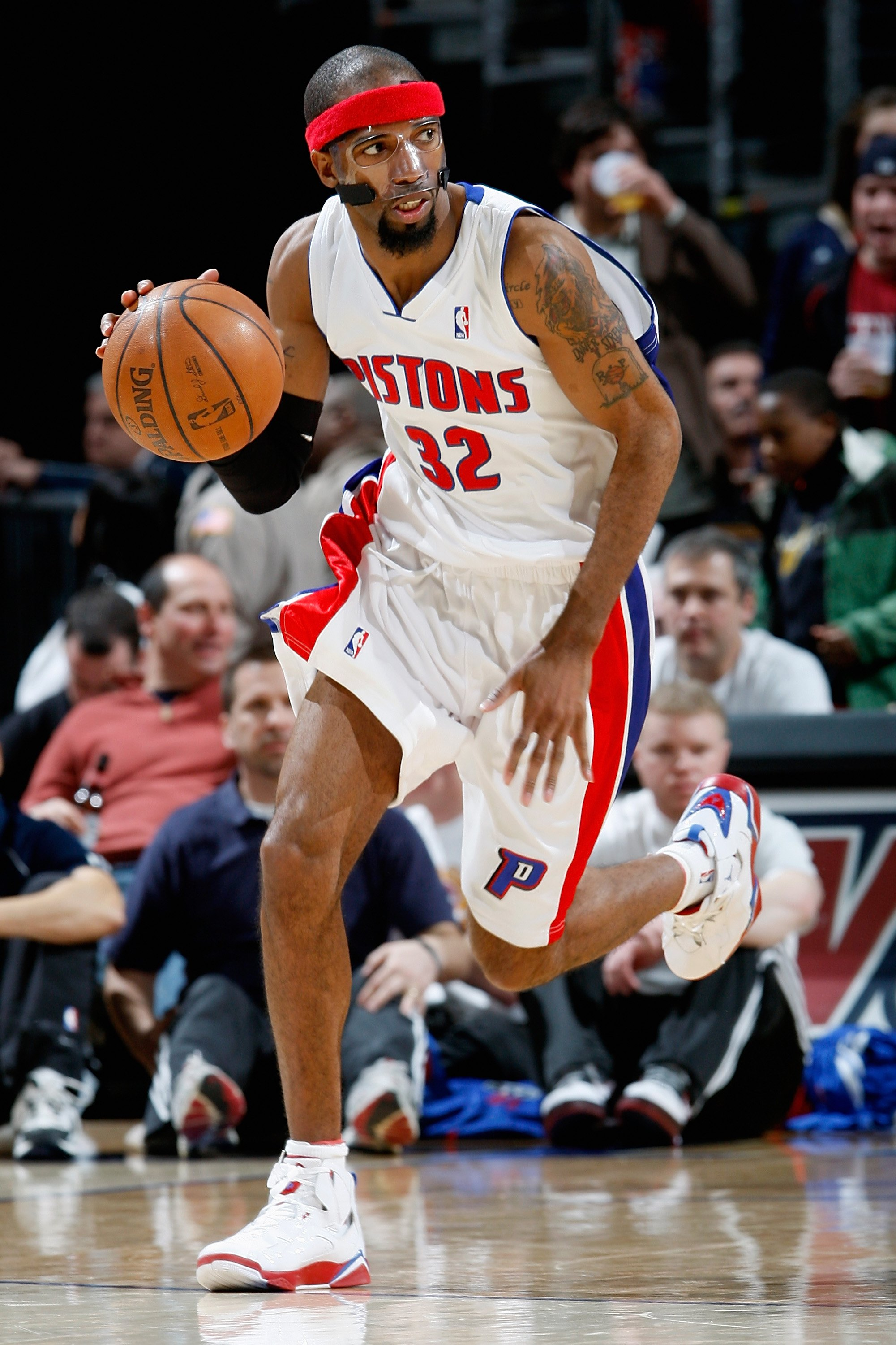 CLEVELAND - FEBRUARY 22:  Richard Hamilton #32 of the Detroit Pistons drives the ball up court during the game against the Cleveland Cavaliers on February 22, 2009 at the Quicken Loans Arena in Cleveland, Ohio.  The Cavaliers won 99-78.  NOTE TO USER: Use