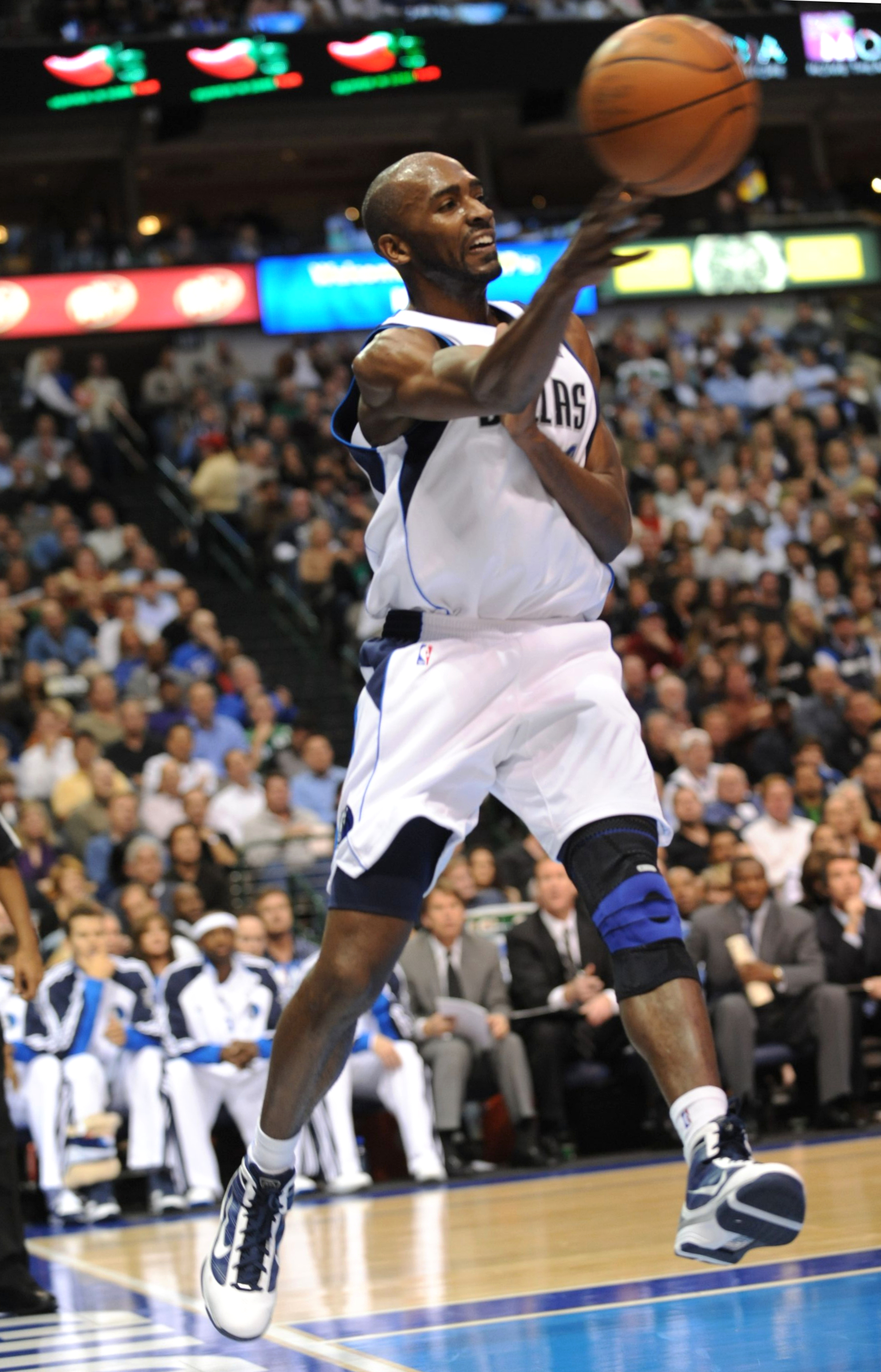 DALLAS - NOVEMBER 18:  Quinton Ross #6 of the Dallas Mavericks makes a pass along the baseline against the San Antonio Spurs at American Airlines Center on November 18, 2009 in Dallas, Texas. NOTE TO USER: User expressly acknowledges and agrees that, by d