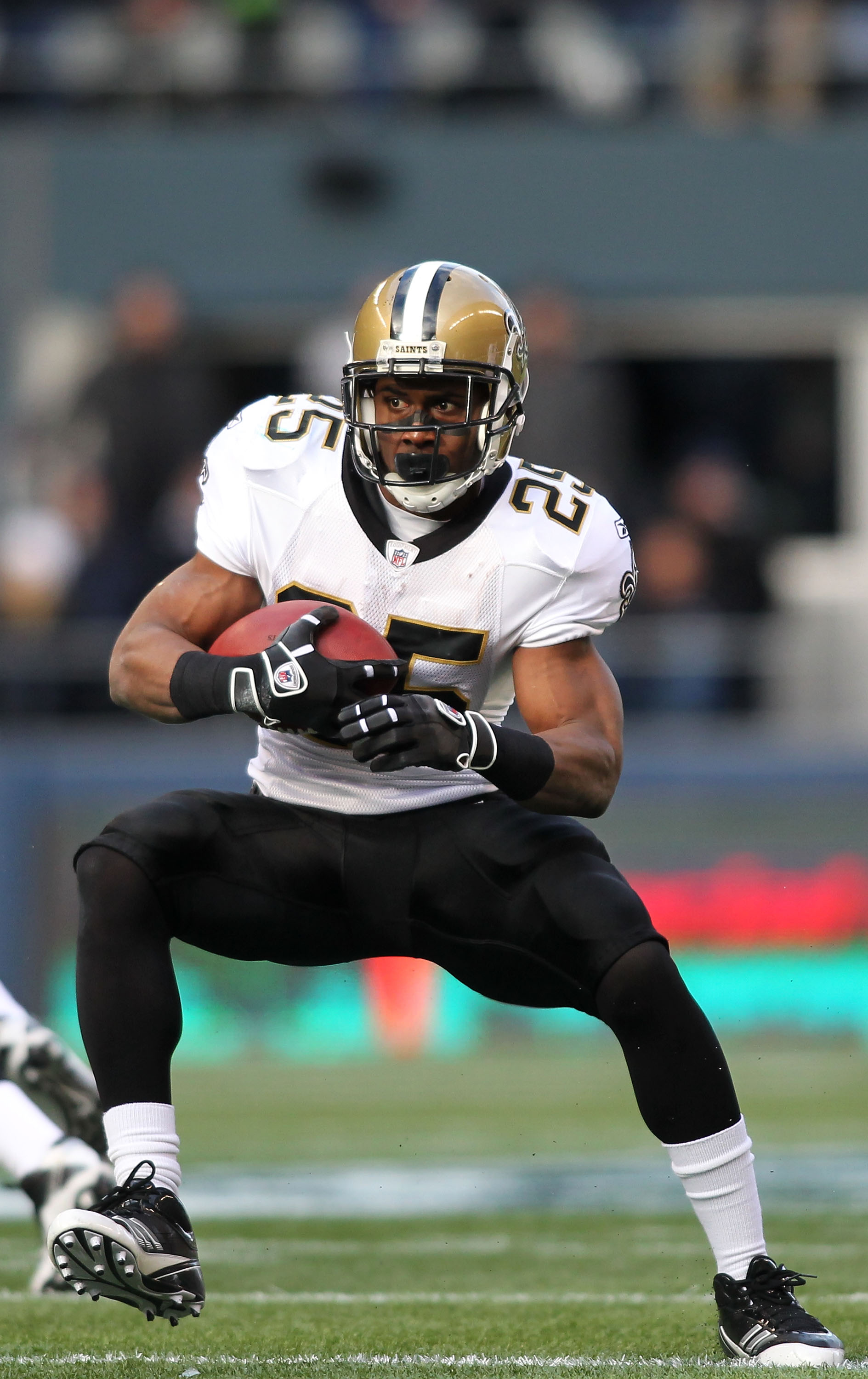 SEATTLE, WA - JANUARY 08:  Reggie Bush #25 of the New Orleans Saints runs down field against the Seattle Seahawks during the 2011 NFC wild-card playoff game at Qwest Field on January 8, 2011 in Seattle, Washington.  (Photo by Jonathan Ferrey/Getty Images)