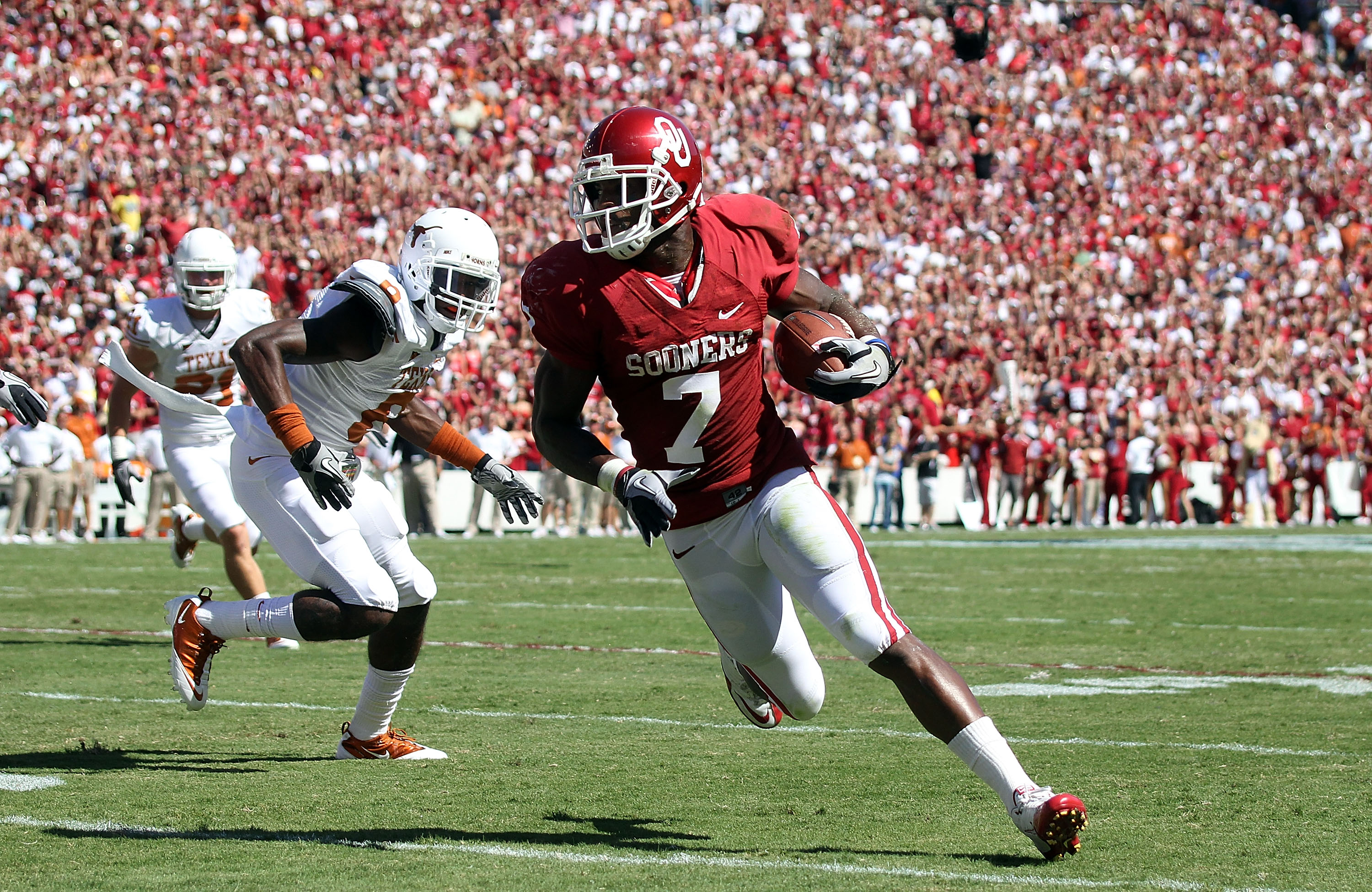 DALLAS - OCTOBER 02:  Running back Demarco Murray #7 of the Oklahoma Sooners runs for a touchdown past James Haynes #8 of the Texas Longhorns in the first quarter at the Cotton Bowl on October 2, 2010 in Dallas, Texas.  (Photo by Ronald Martinez/Getty Ima