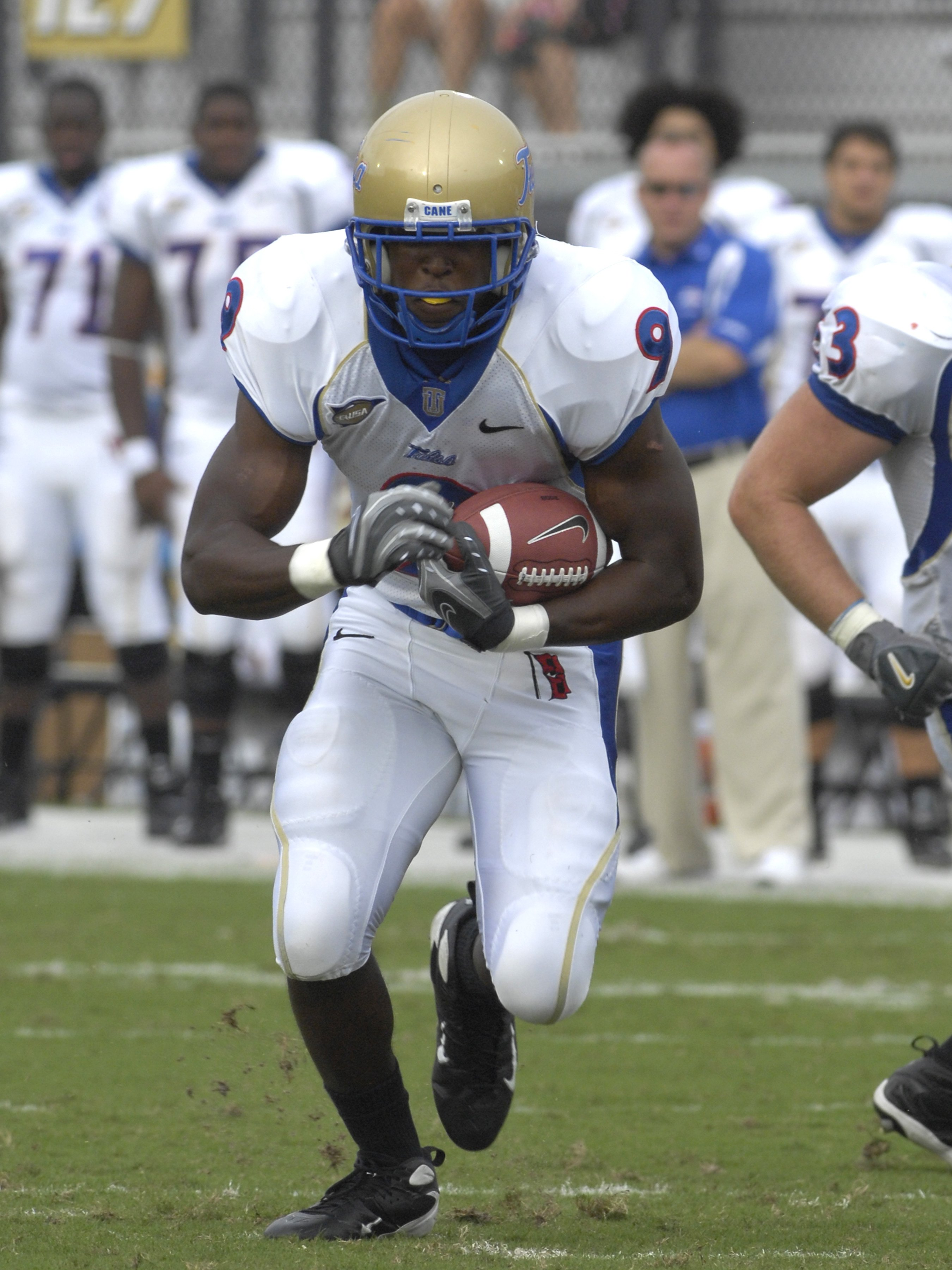 ORLANDO, FL - OCTOBER 20: Fullback Charles Clay #9 of the  Tulsa Golden Hurricane rushes upfield against the University of Central Florida Knights at Bright House Stadium on October 20, 2007 in Orlando, Florida.  UCF won 44 - 23. (Photo by Al Messerschmid