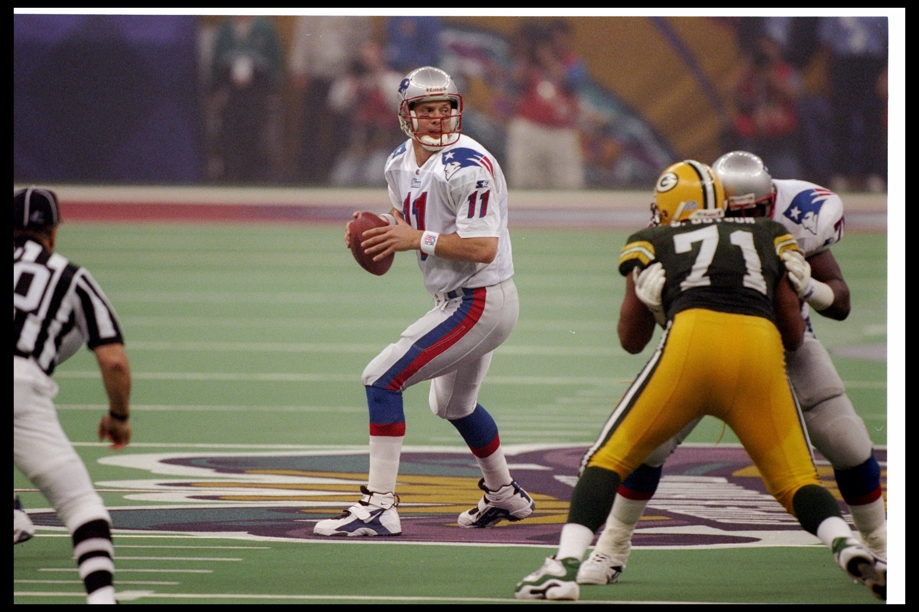 26 Jan 1997: Quarterback Drew Bledsoe of the New England Patriots looks to pass the ball during Super Bowl XXXI against the Green Bay Packers at the Superdome in New Orleans, Louisiana. The Packers won the game, 35-21.